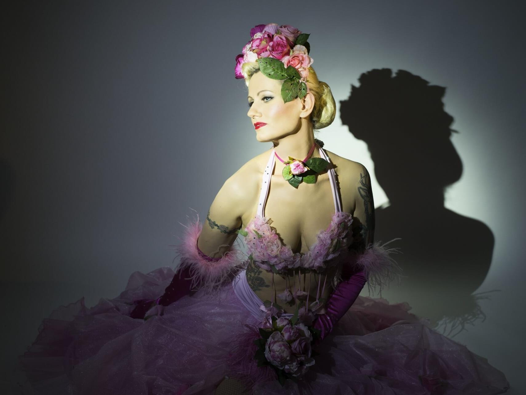 Nicole Lindinger alias Rose Rainbow liebt es im Rahmen einer Burlesque-Show vor Publikum zu zeigen, was sie kann.