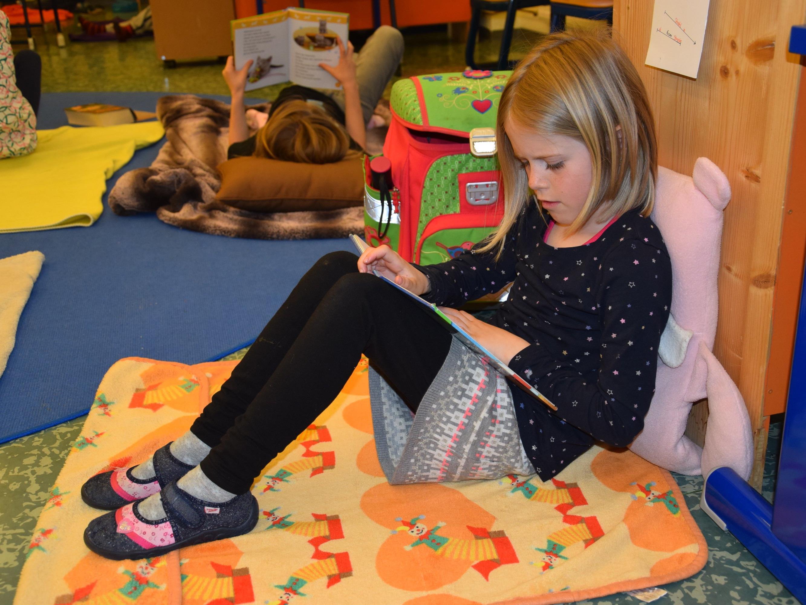 Die Kinder waren in ihre Lieblingsbücher vertieft