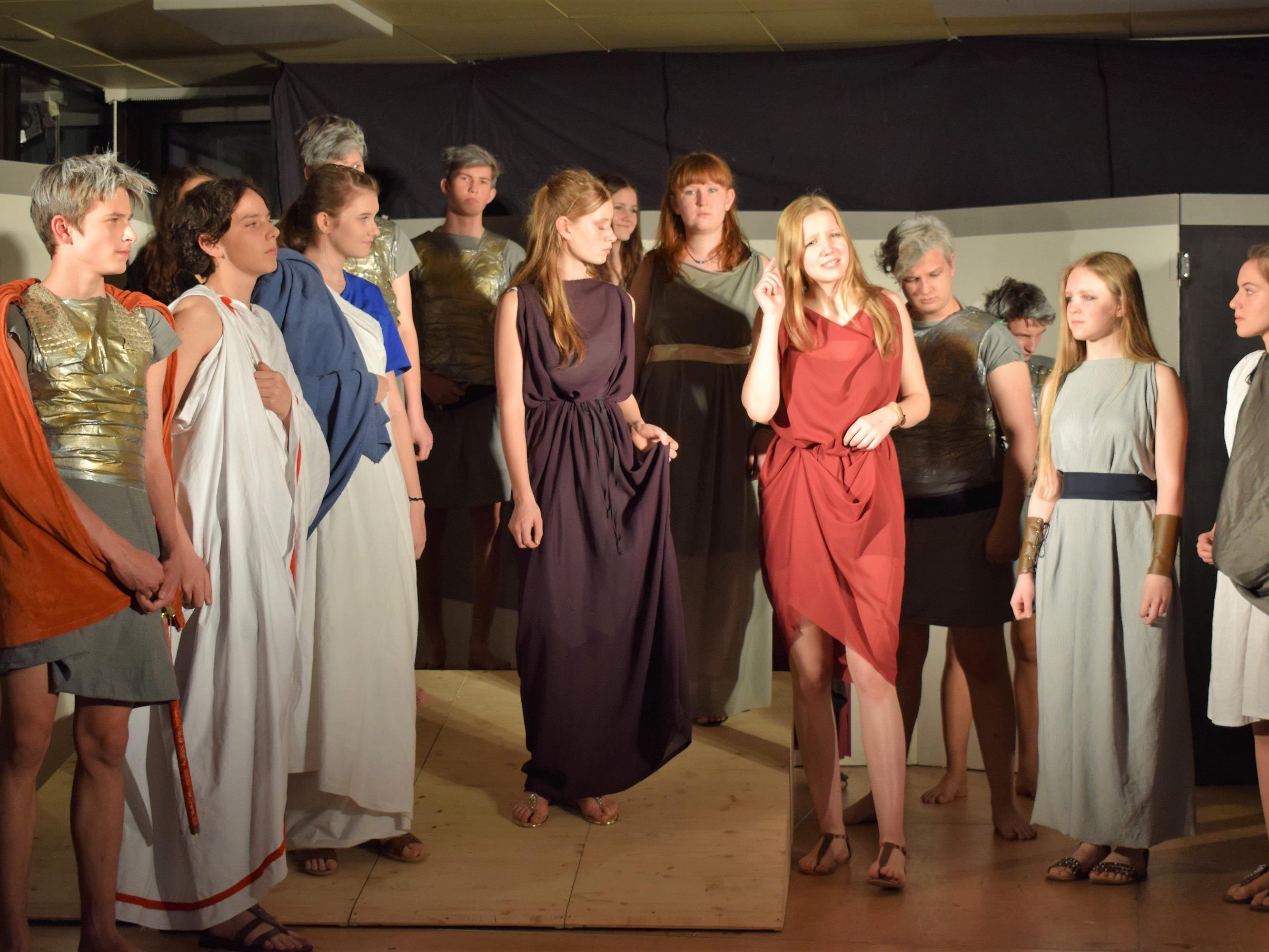 Die Akteurinnen und Akteure präsentierten einen Klassiker der Theatergeschichte als aktuelles Stück.