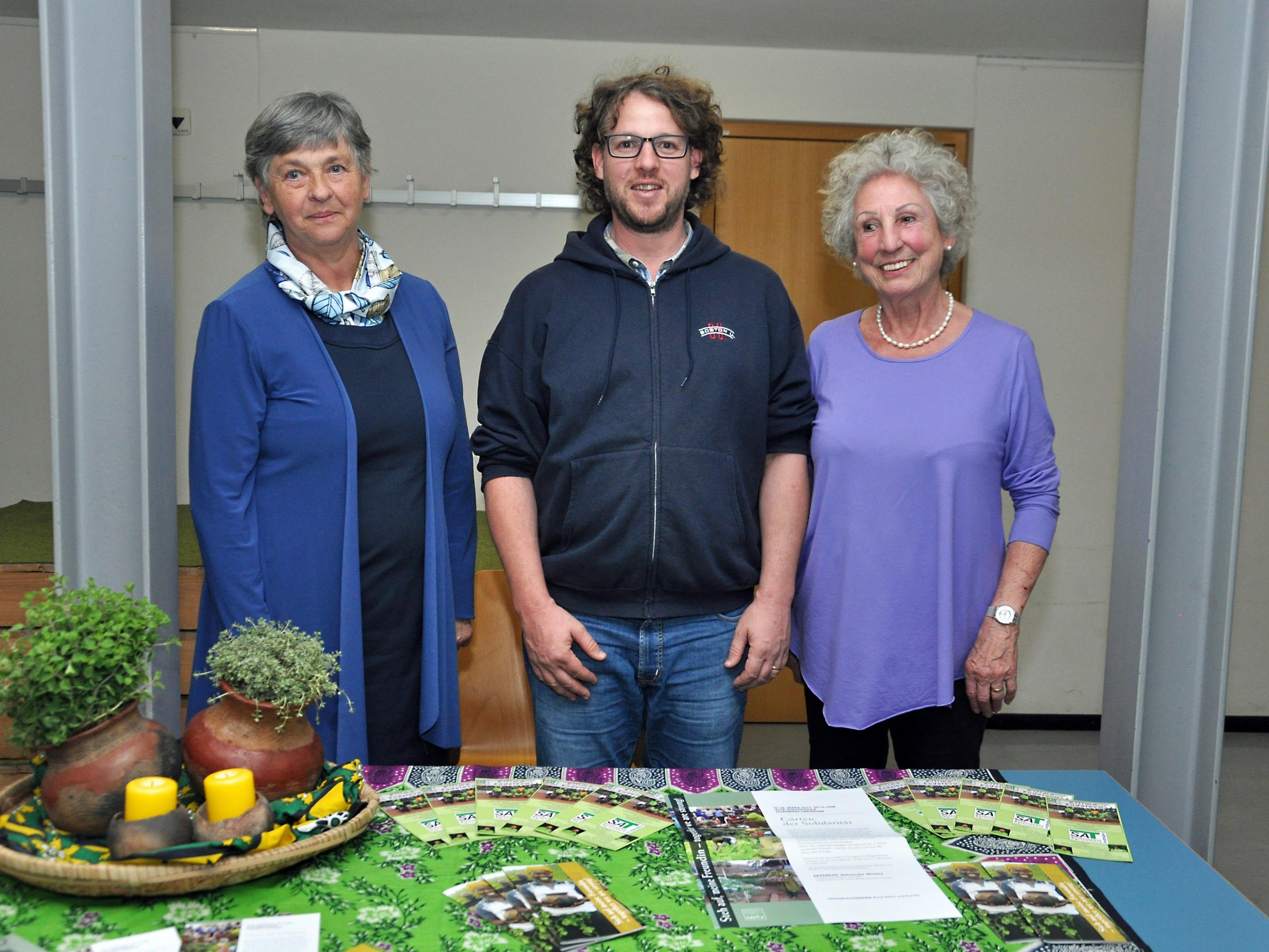 Der Referent mit den Veranstalterinnen Anna Huber und Eva Fitz.