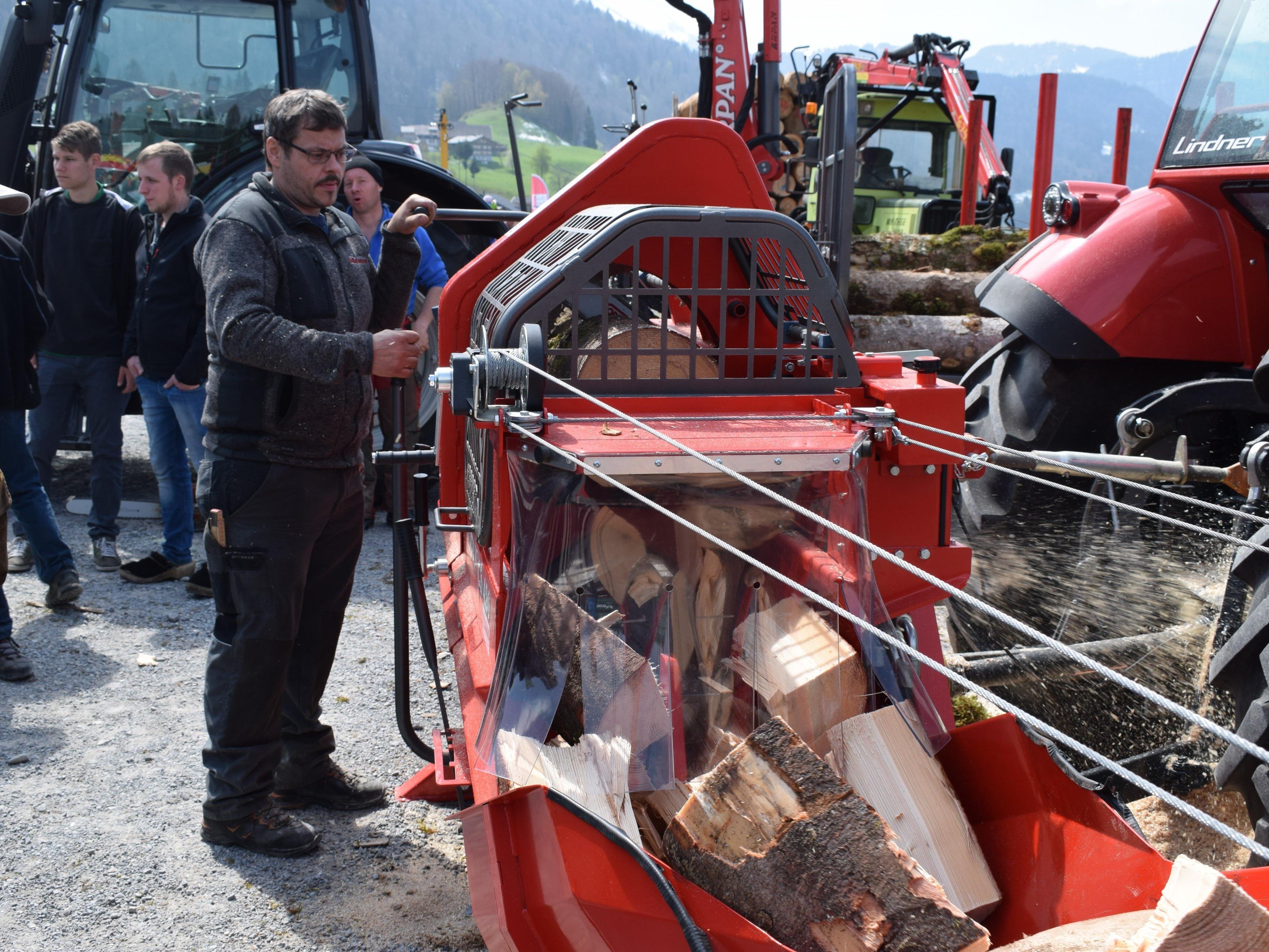 Großes Besucherinteresse an modernster Technik beim Forsttag in Andelsbuch.