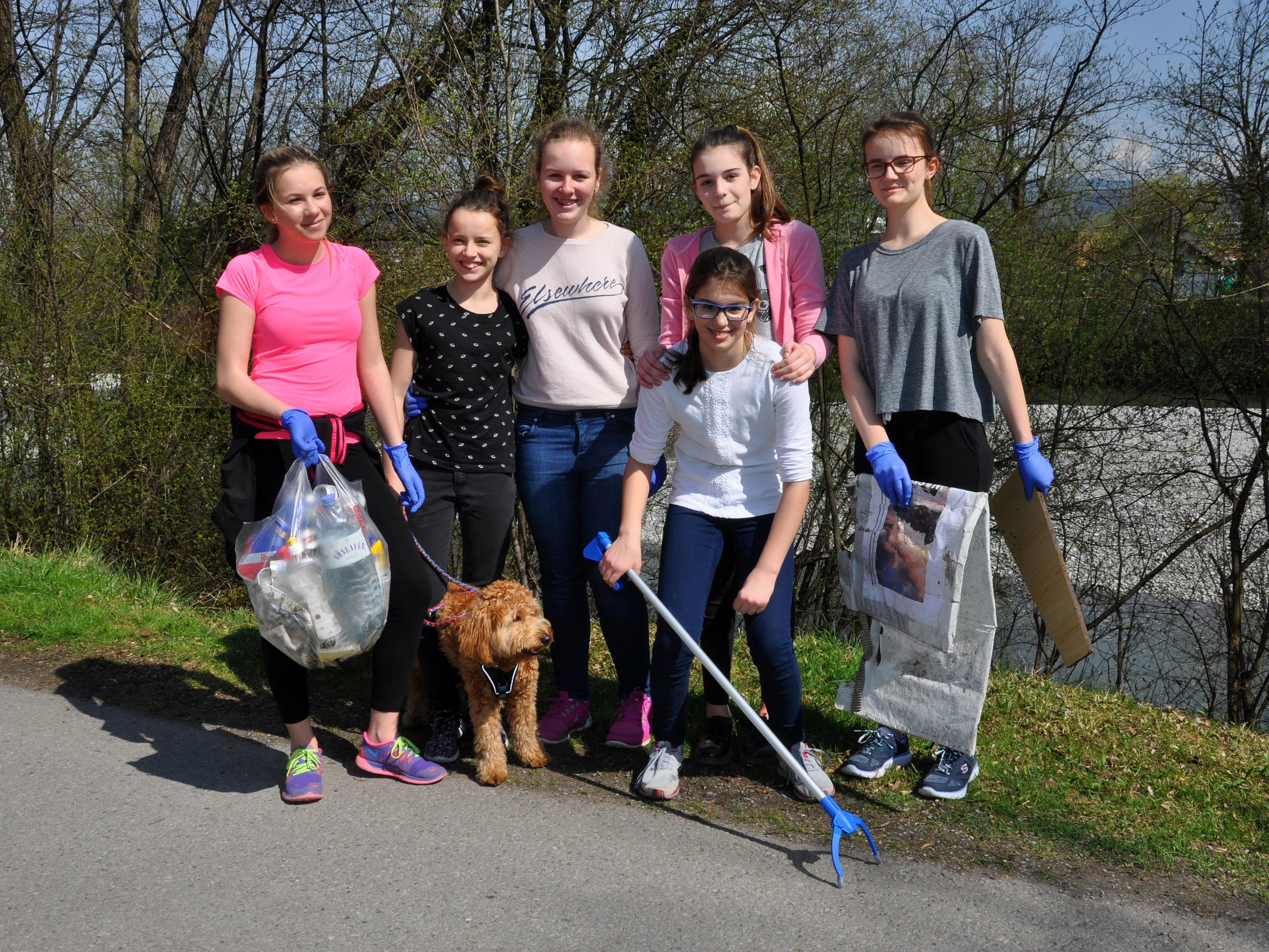 Joggerinnen mit Mission – die Schülerinnen des BGD hatten jede Menge Müll eingesammelt.