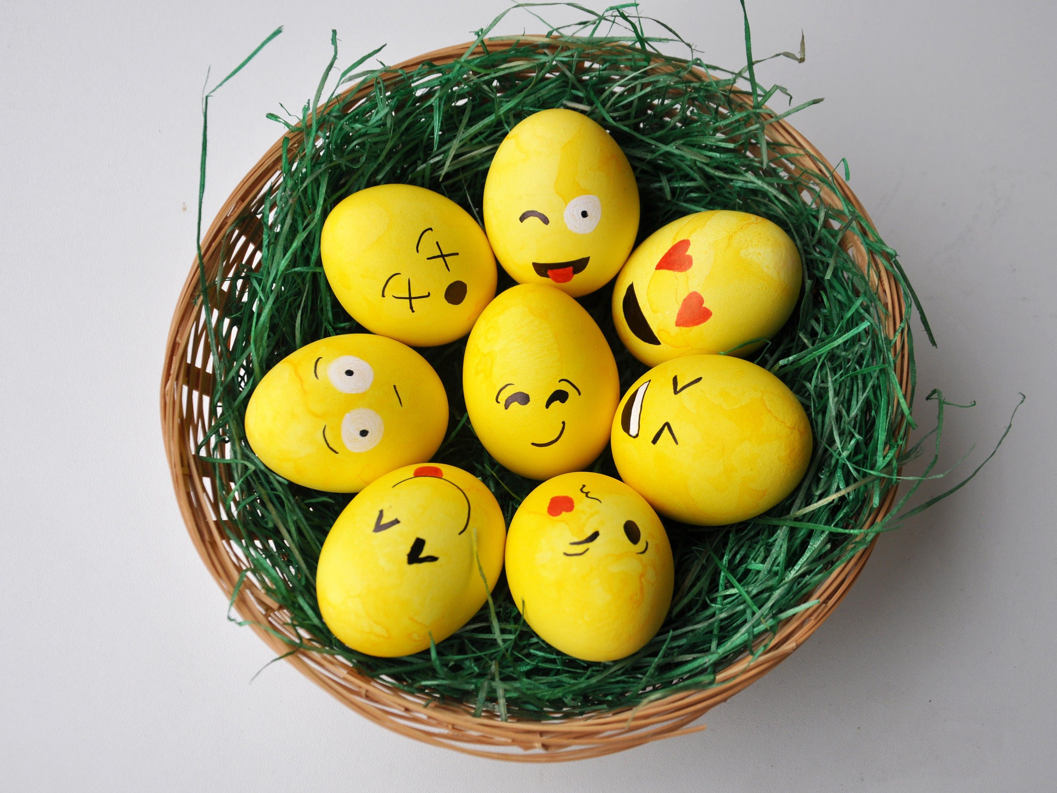 Die Emoji-Ostereier eignen sich auch als persönliches Ostergeschenk mit Botschaft.