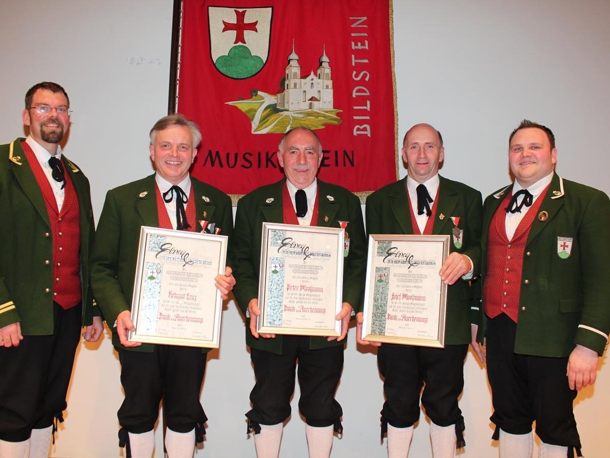 Klaus Greiderer und Michael Lenz (re.) mit den Geehrten Helmut Lenz, Peter und Josef Moosmann.