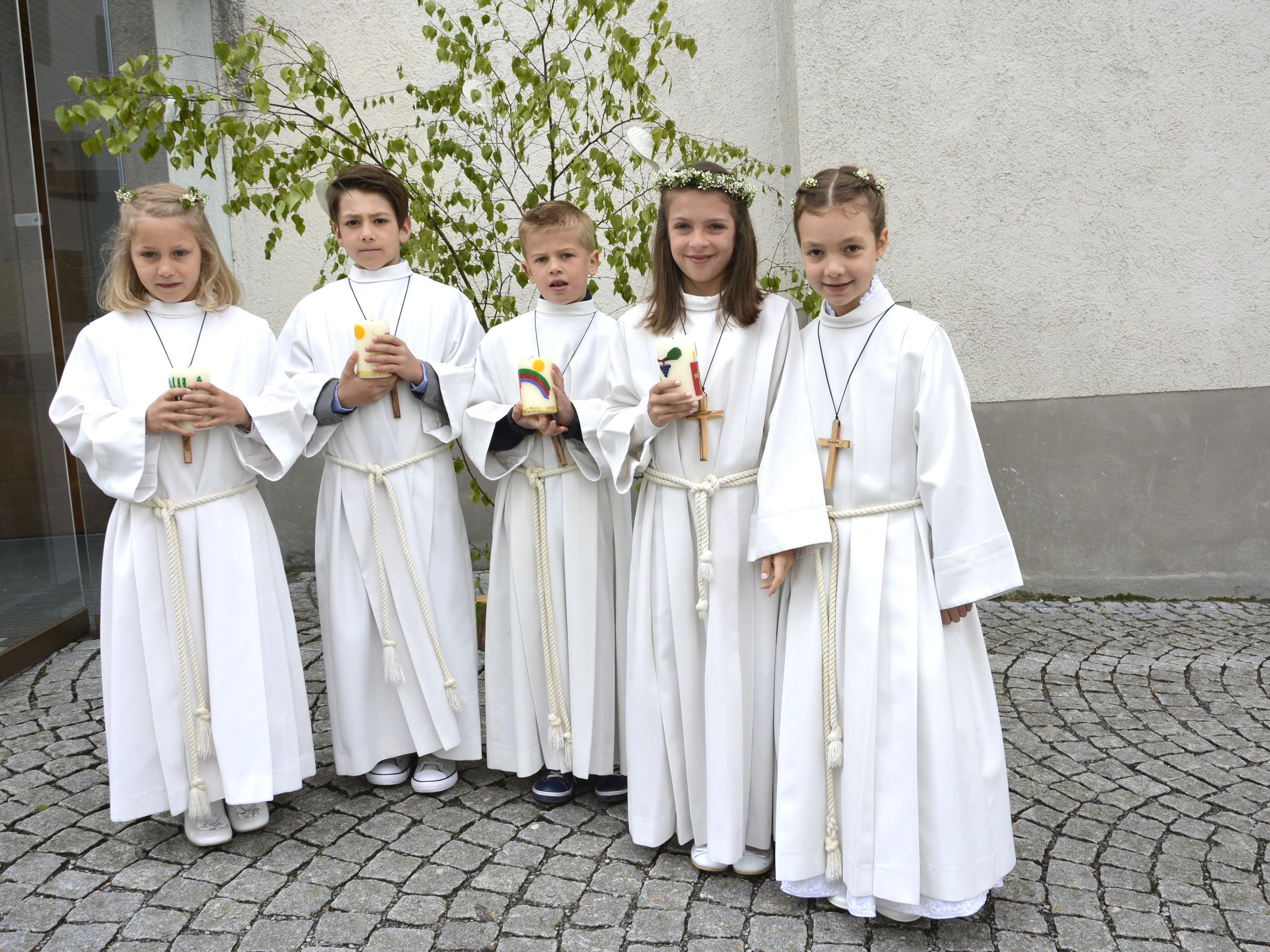 In Dornbirn-Oberdorf waren unter den Erstkommunikanten auch Paula, Lorenz, Jonas, Lea und Vanessa, die ihr Fest mit den Familien feierten.