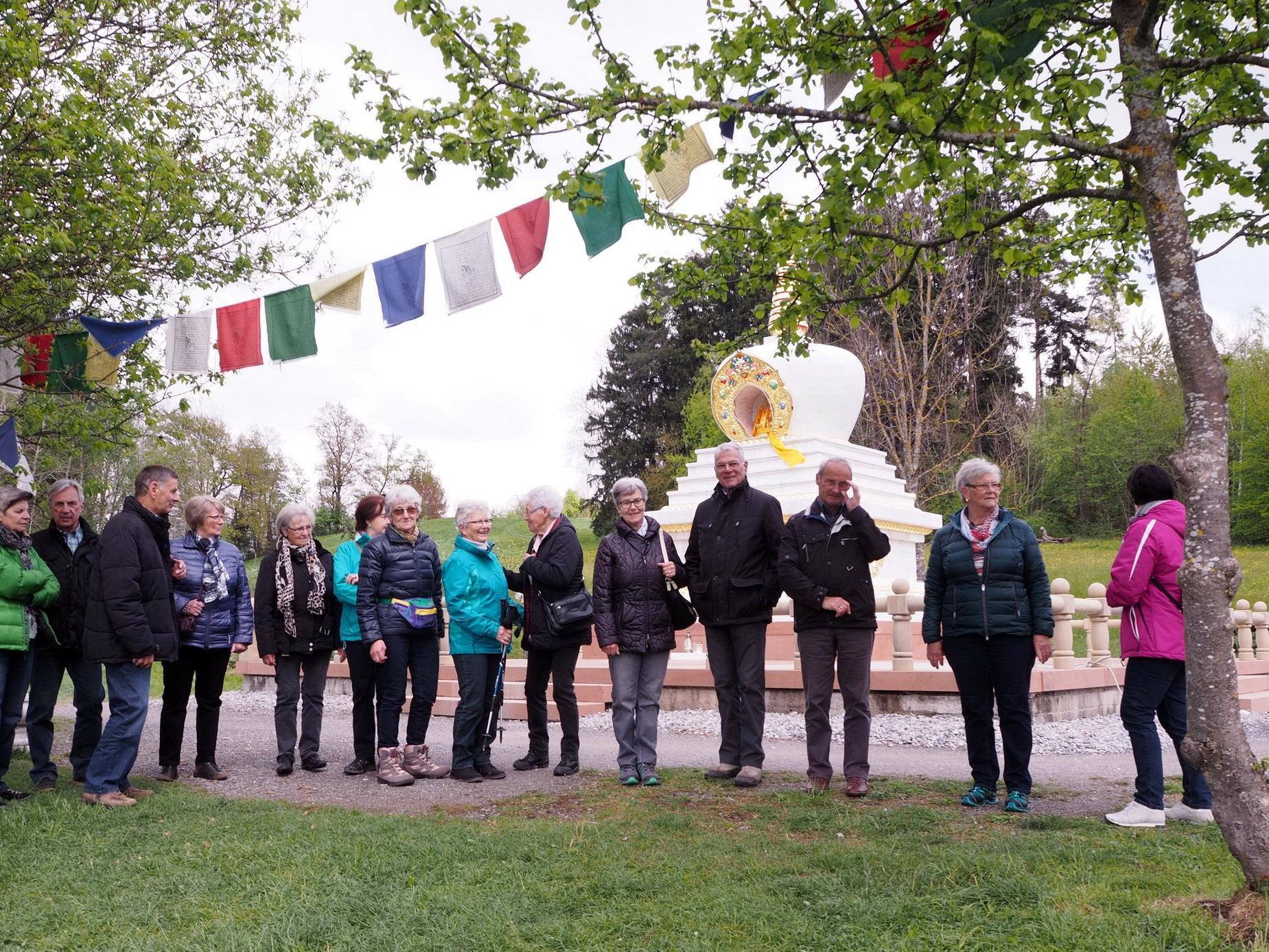 Zahlreiche Teilnehmer beim Besuch des buddhistischen Klosters Letzehof