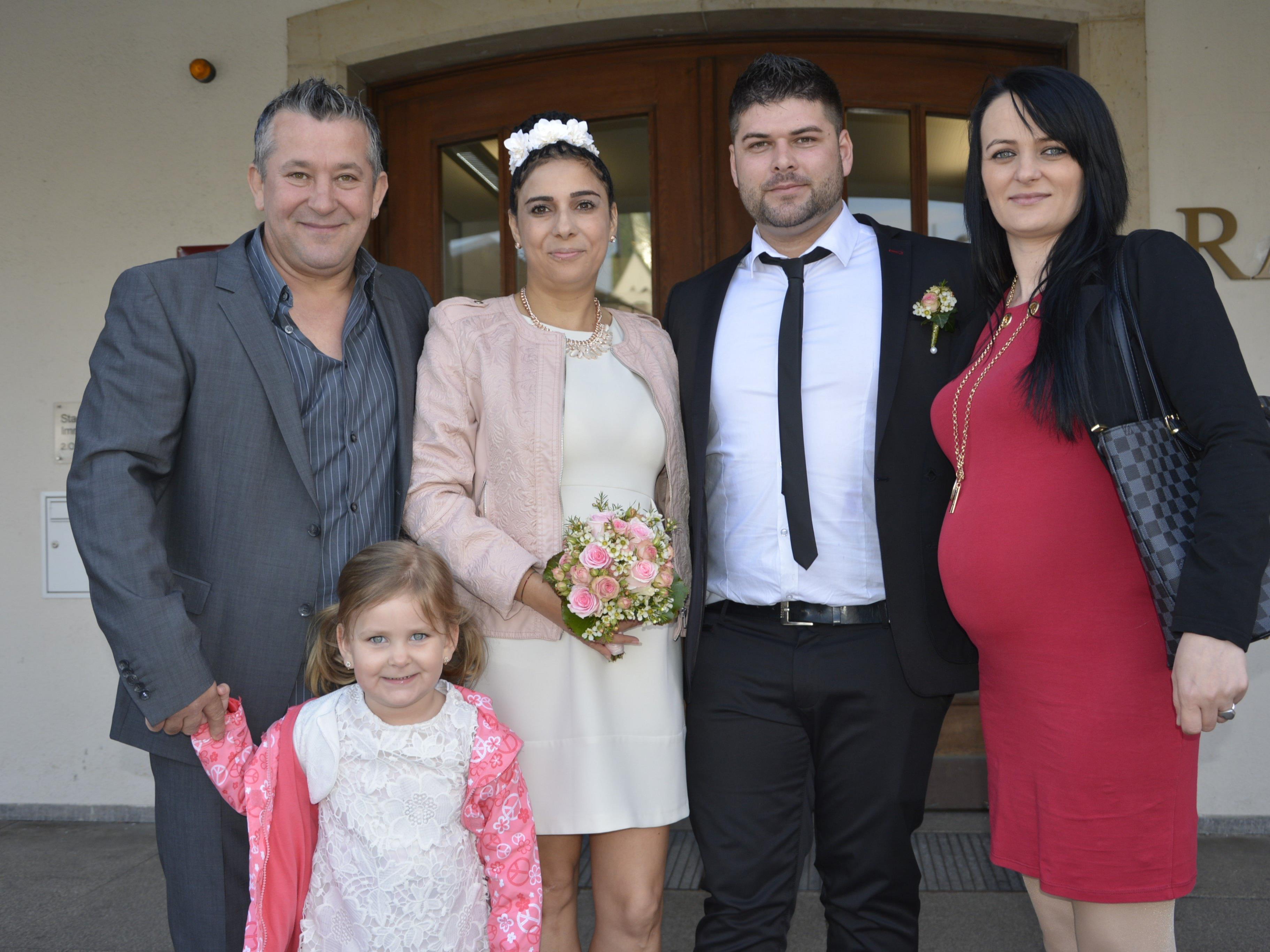 Das Brautpaar, frisch vermählt, mit den Trauzeugen und Nichte Alegra beim Standesamt Dornbirn.