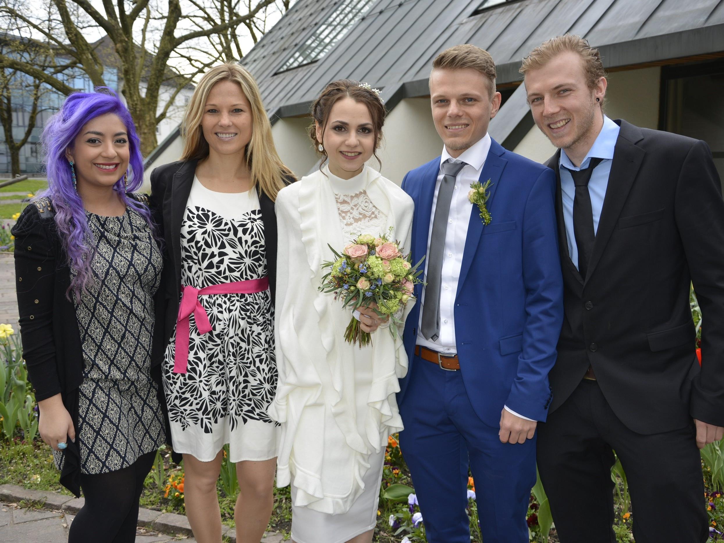 Das Brautpaar mit den Trauzeugen nach der standesamtlichen Trauung in Dornbirn.