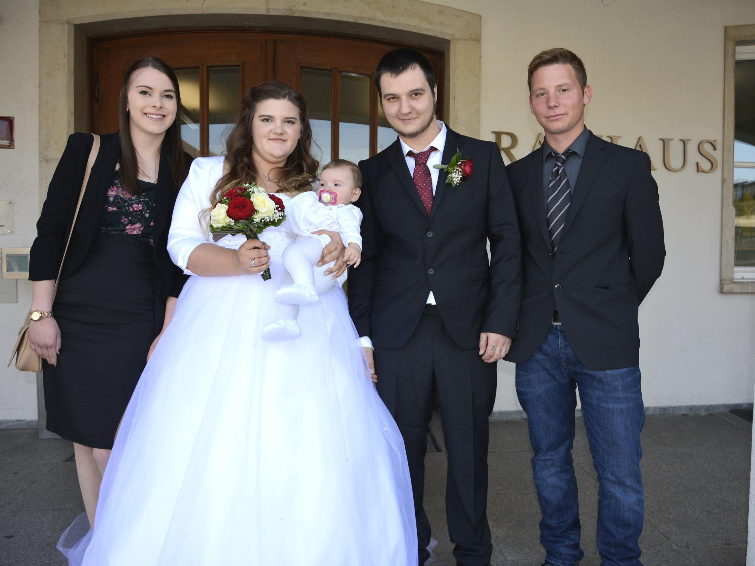 Das Brautpaar mit Töchterchen Mia Leia und den Trauzeugen beim Standesamt Dornbirn.