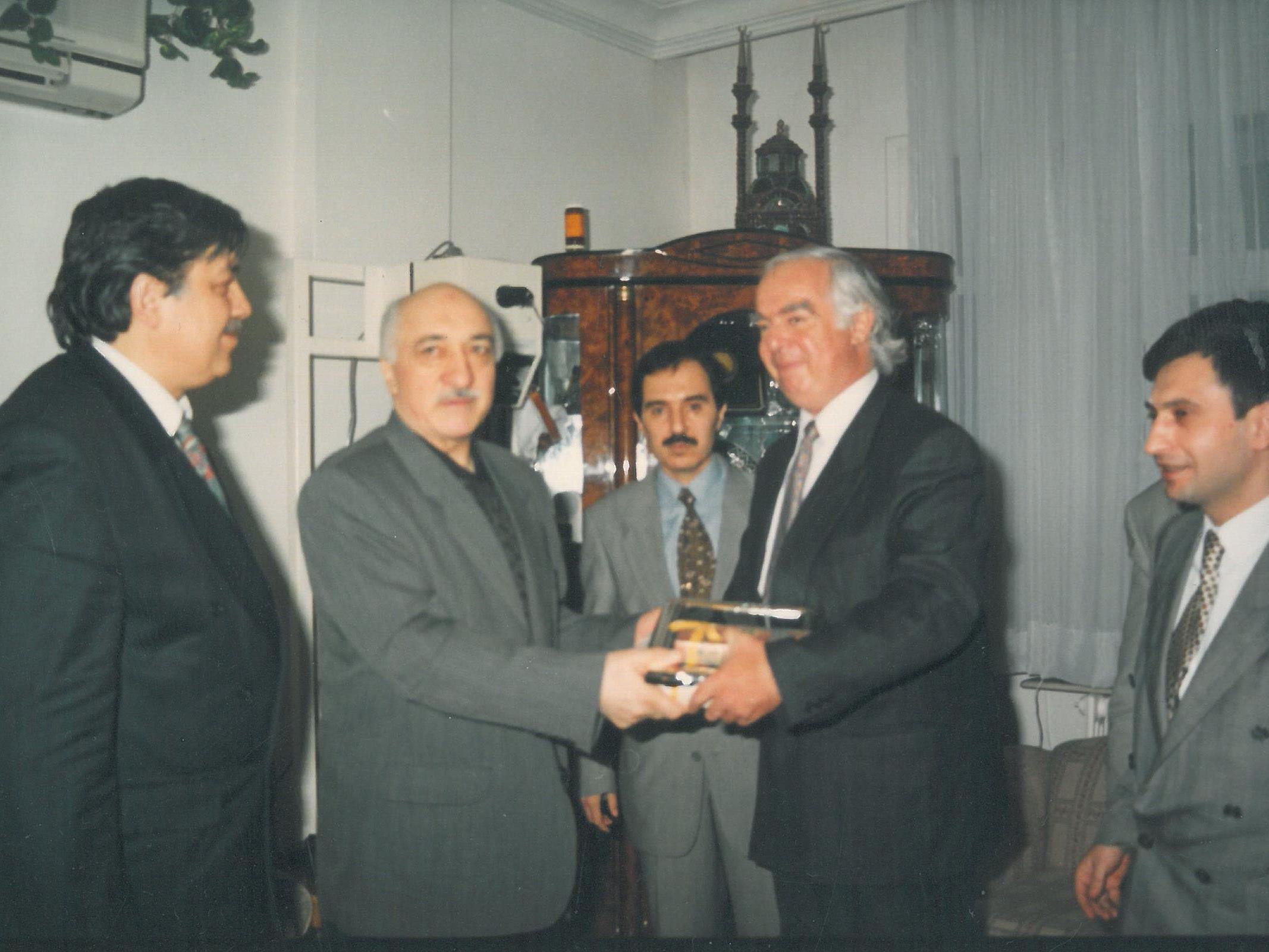 Das Foto zeigt Gstrein mit dem Prediger Fethullah Gülen in den 1990erJahren. Damals waren Gülen und Erdogan noch Weggefährten.