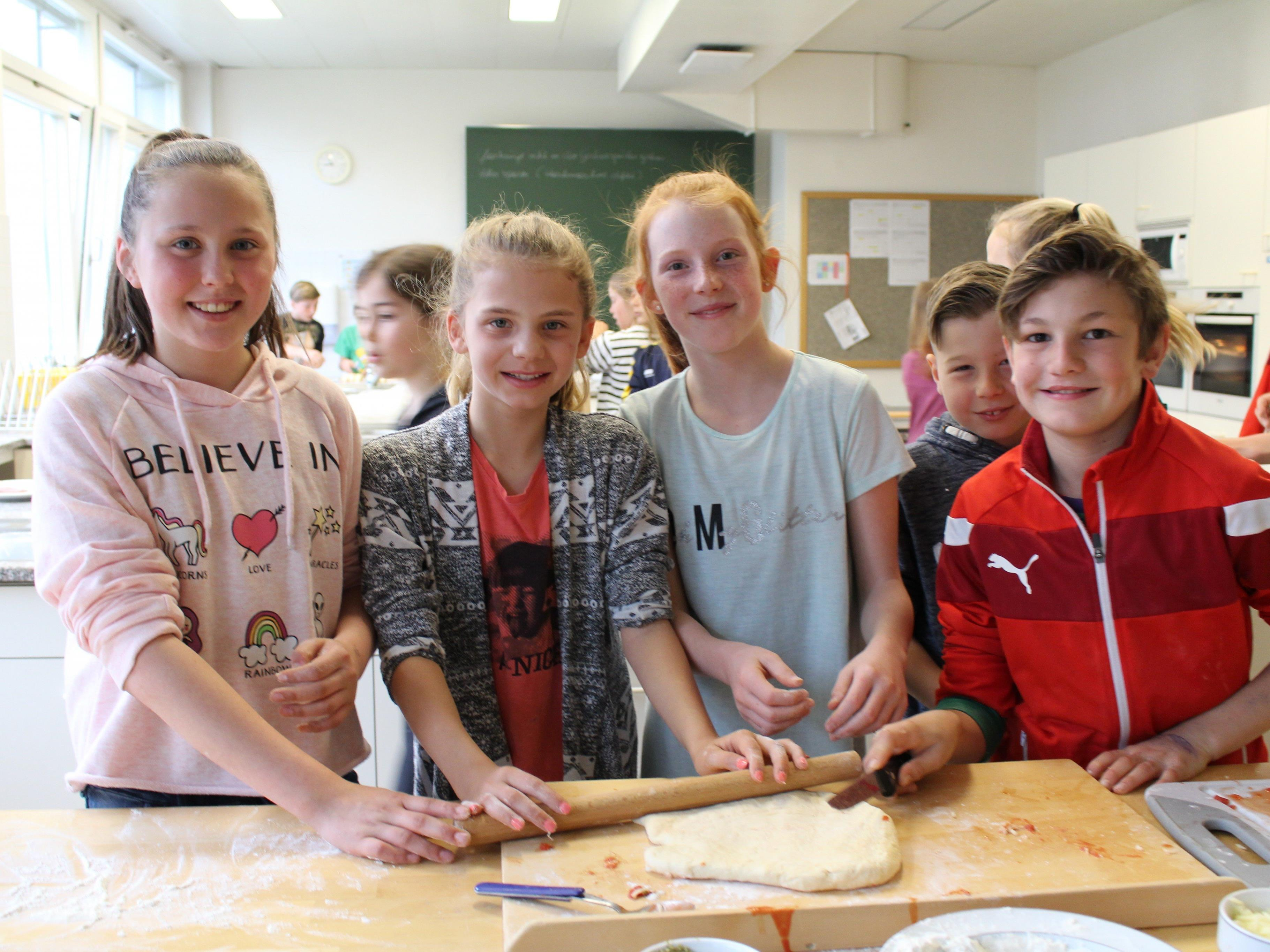 Emilia, Valentina, Mia und Jakob beim Pizzabacken.