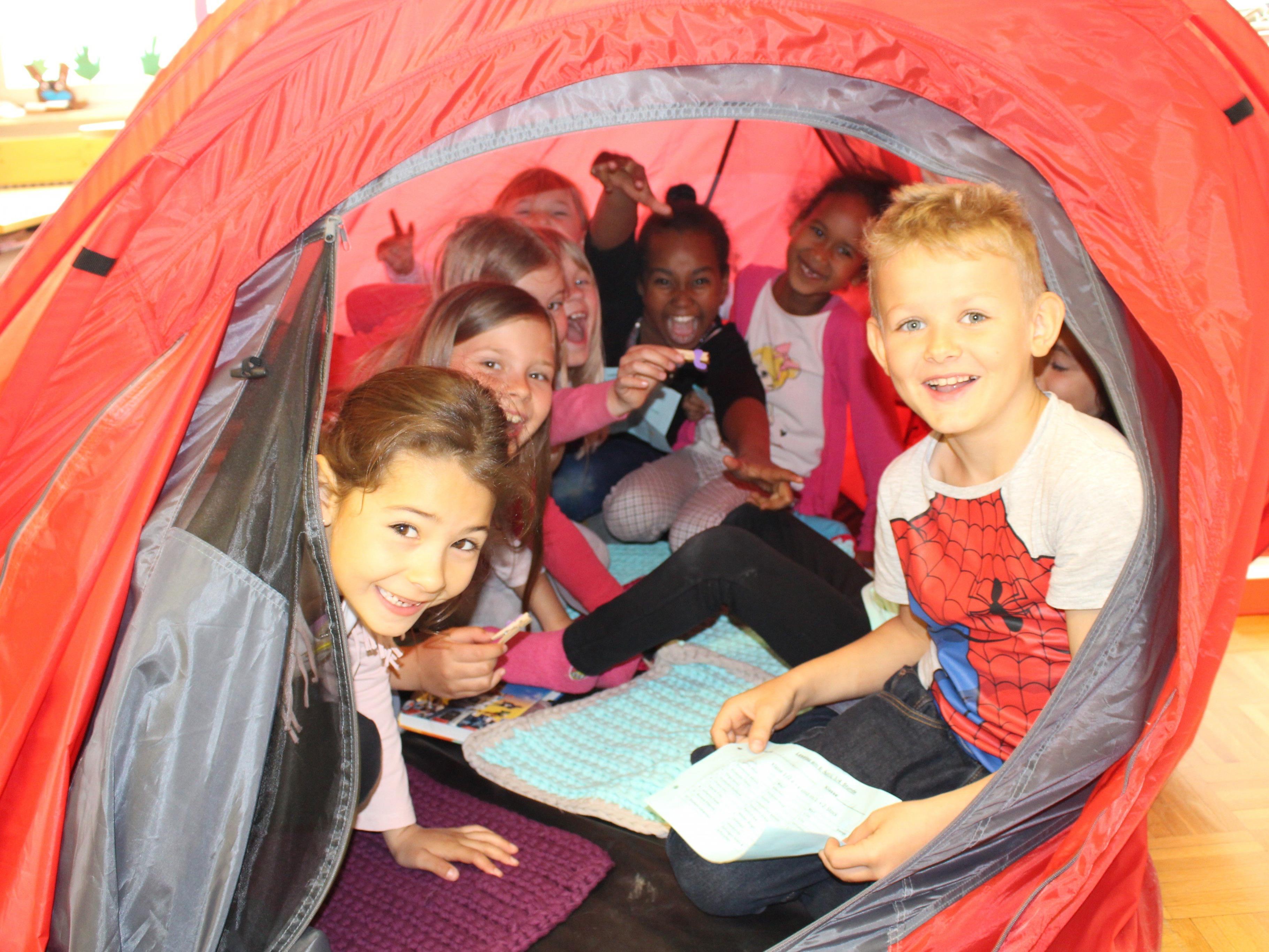 Unter dem Zeltdach machte das Lesen doppelt so viel Spaß.