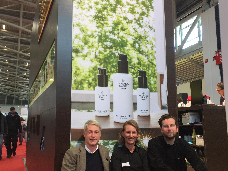 """Marco Spitzar und Art Director Bernhard Hafele von studio spitzar freuen sich gemeinsam mit Marketingleiterin Claudia Haas von """"Pharmos Natur for Men"""" über den erfolgreichen Marken-Relaunch und den Gala Spa Award."""
