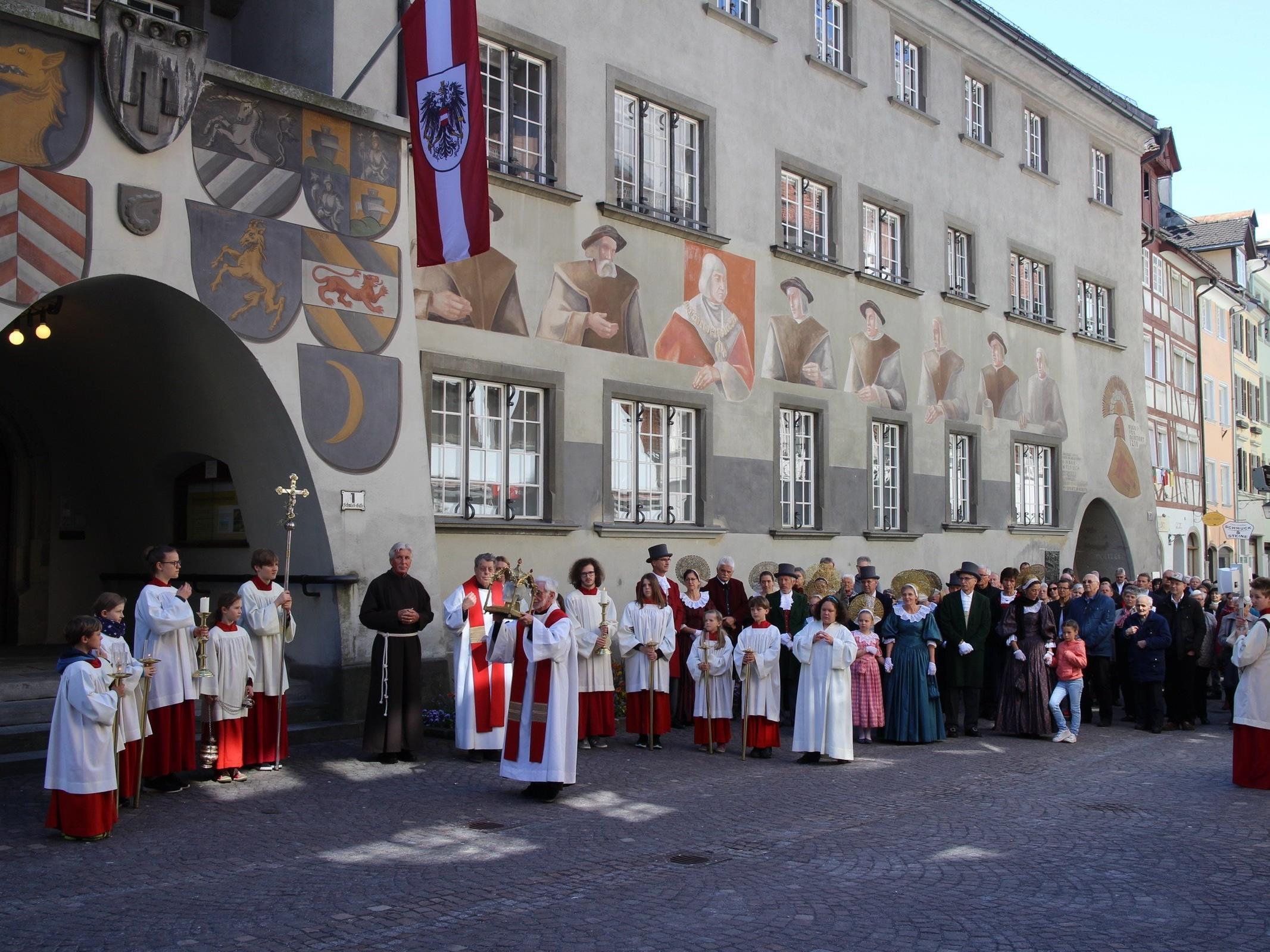 Auch vor dem Rathaus wurden Gebete gesprochen, die an das Wirken des Stadtpatrons und zweiten Landespatrons Fidelis erinnern sollten.