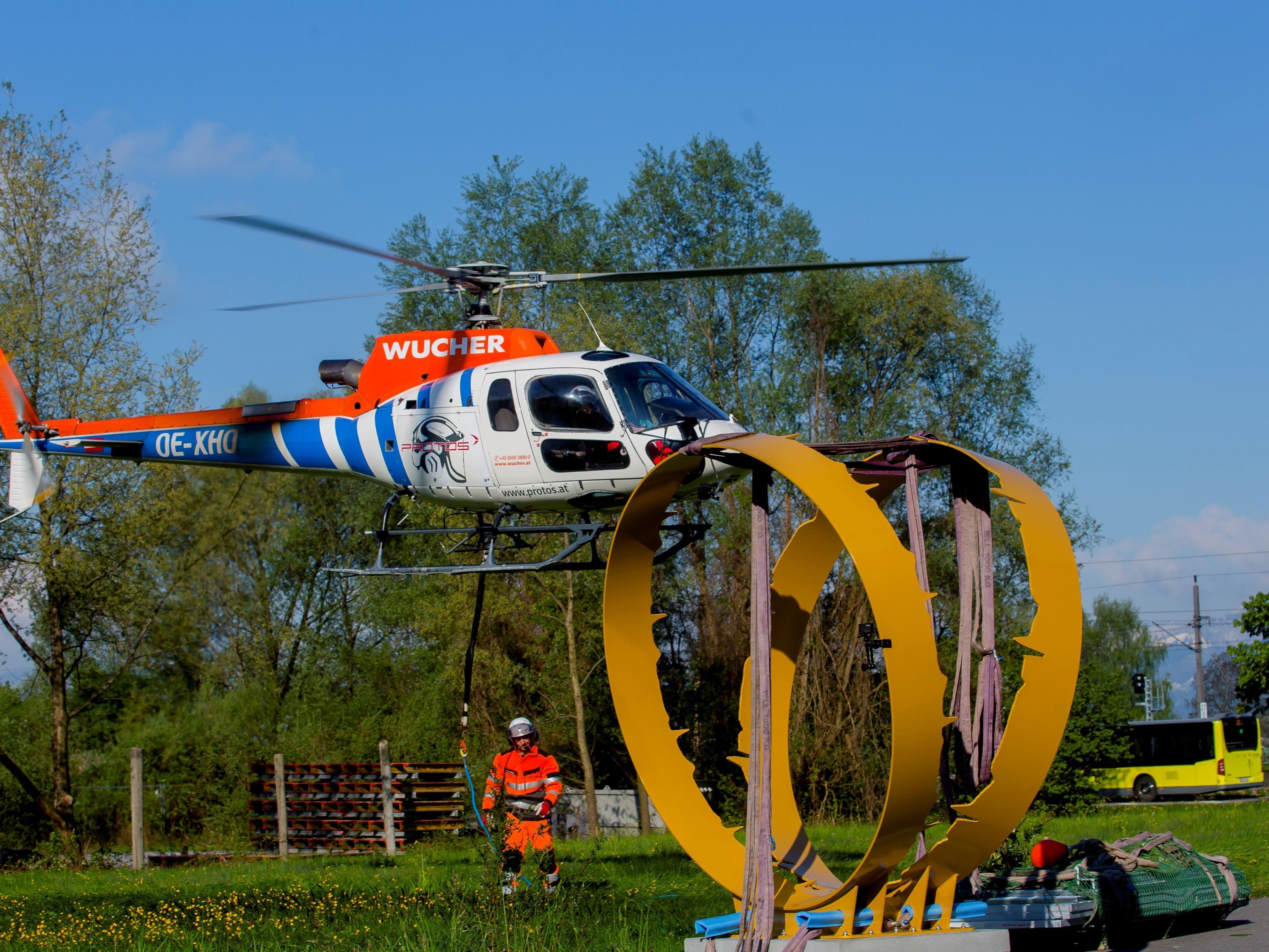 Die Skulptur wird per Hubschrauber zur Ruine Alt-Ems geflogen.