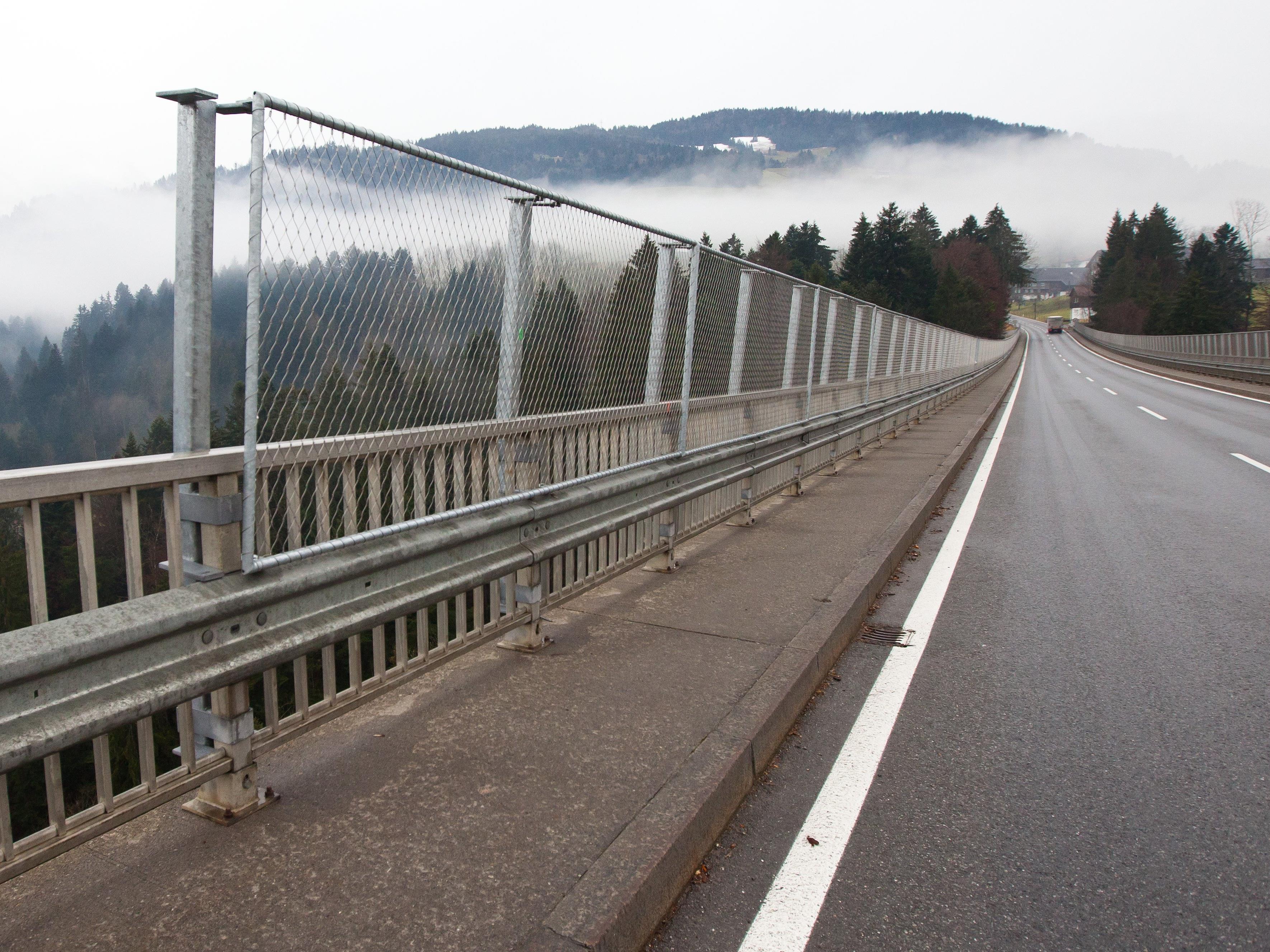 An der Lingenauer Hochbrücke werden Bauarbeiten durchgeführt.