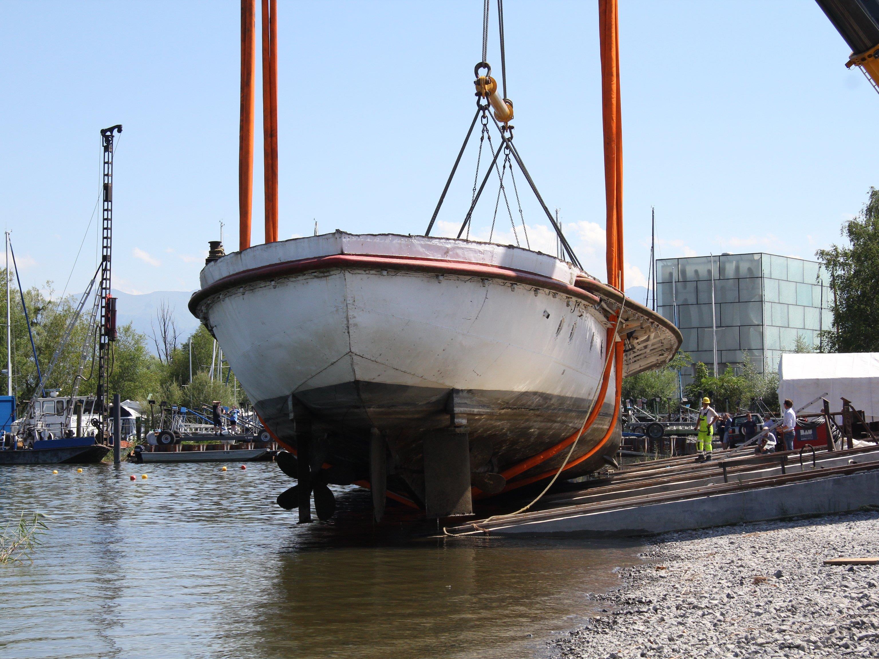Der Rumpf der MS Österreich wurde in drei Teilen aus dem Hafenbecken gehoben.