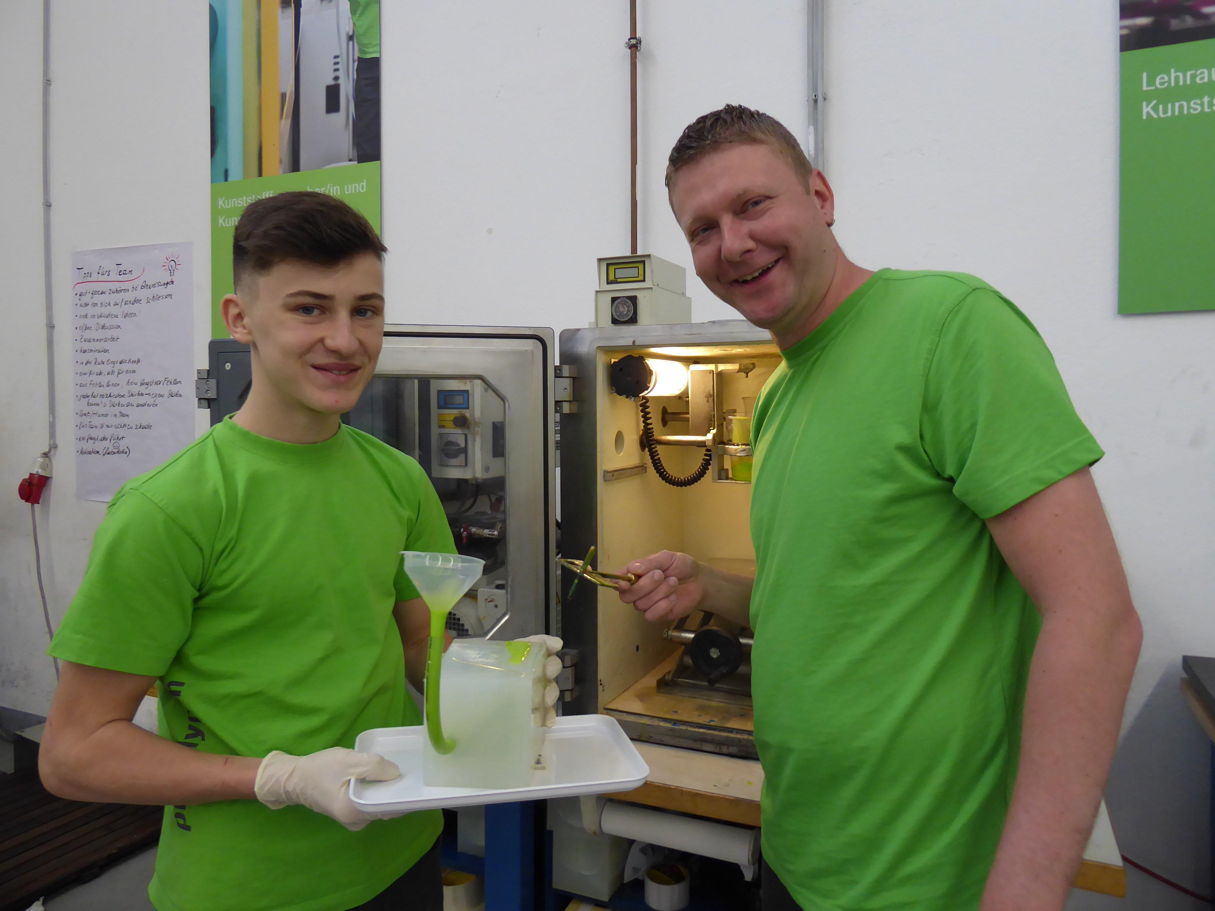 Luks Kohler lernt von seinem Ausbildner Daniel Schäffler die Geheimnisse des Kunststoffs