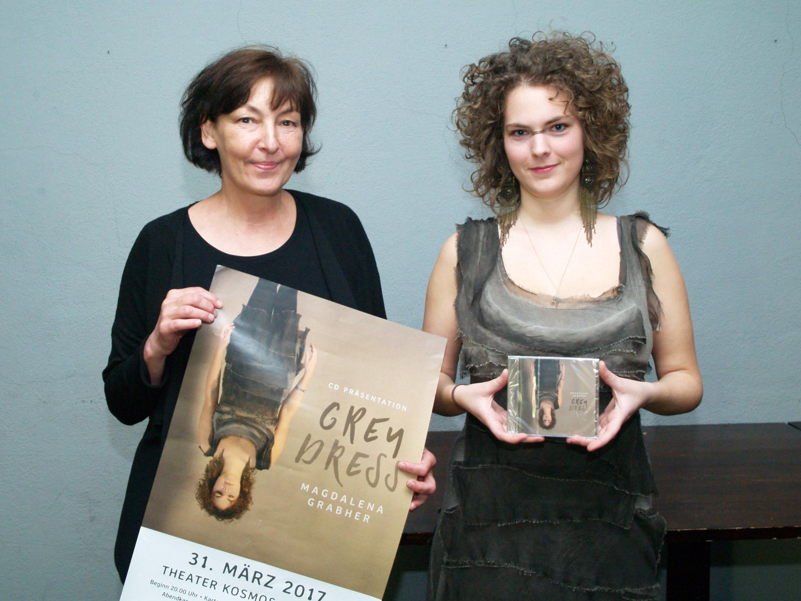 Magdalena Grabher mit Karin Kostel (Leiterin des künstlerischen Betriebsbüro des Theaters Kosmos) bei der Präsentation ihres Debütalbums.s