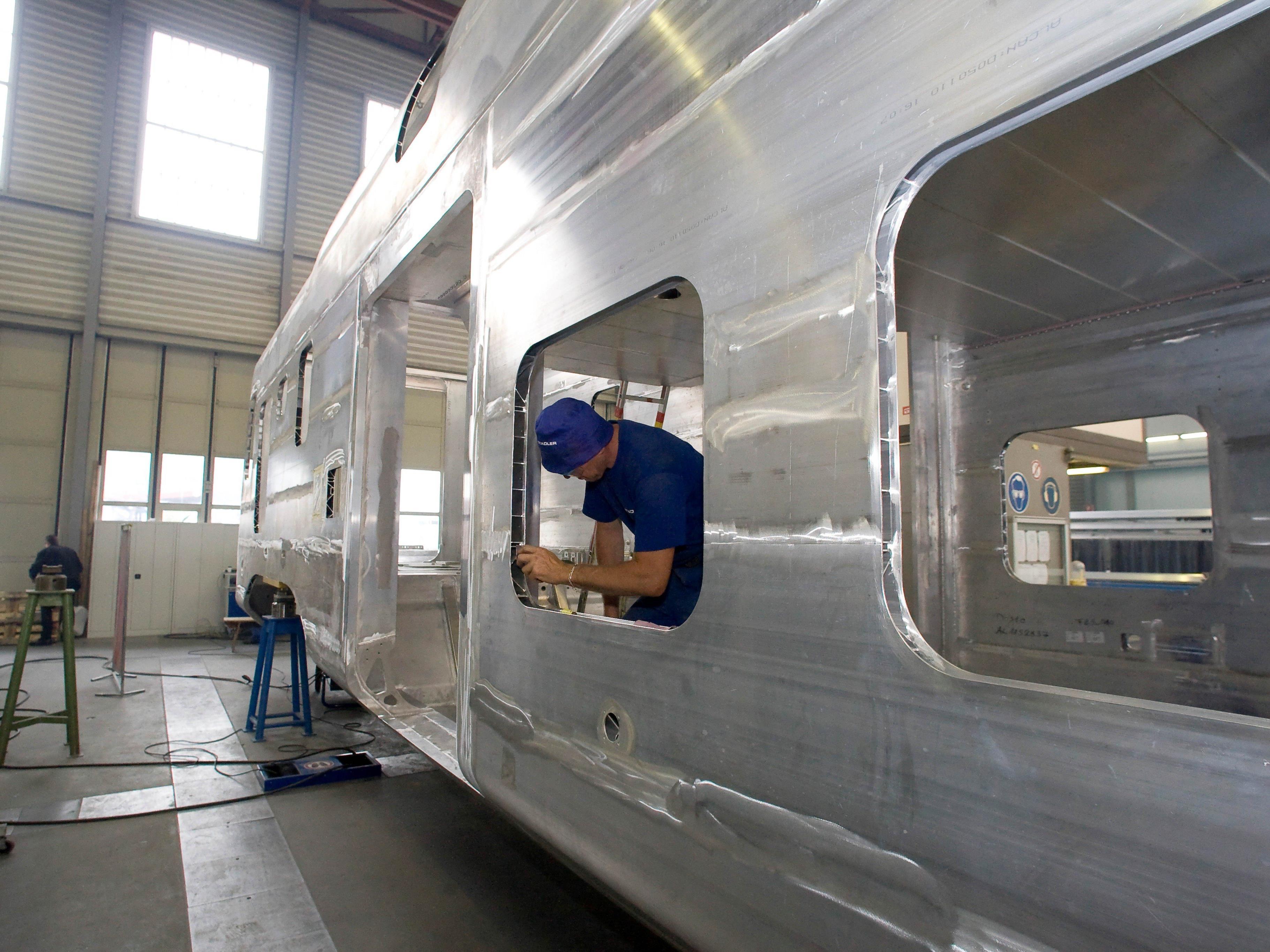 Stadler Rail stellt Schienenfahrzeuge her.