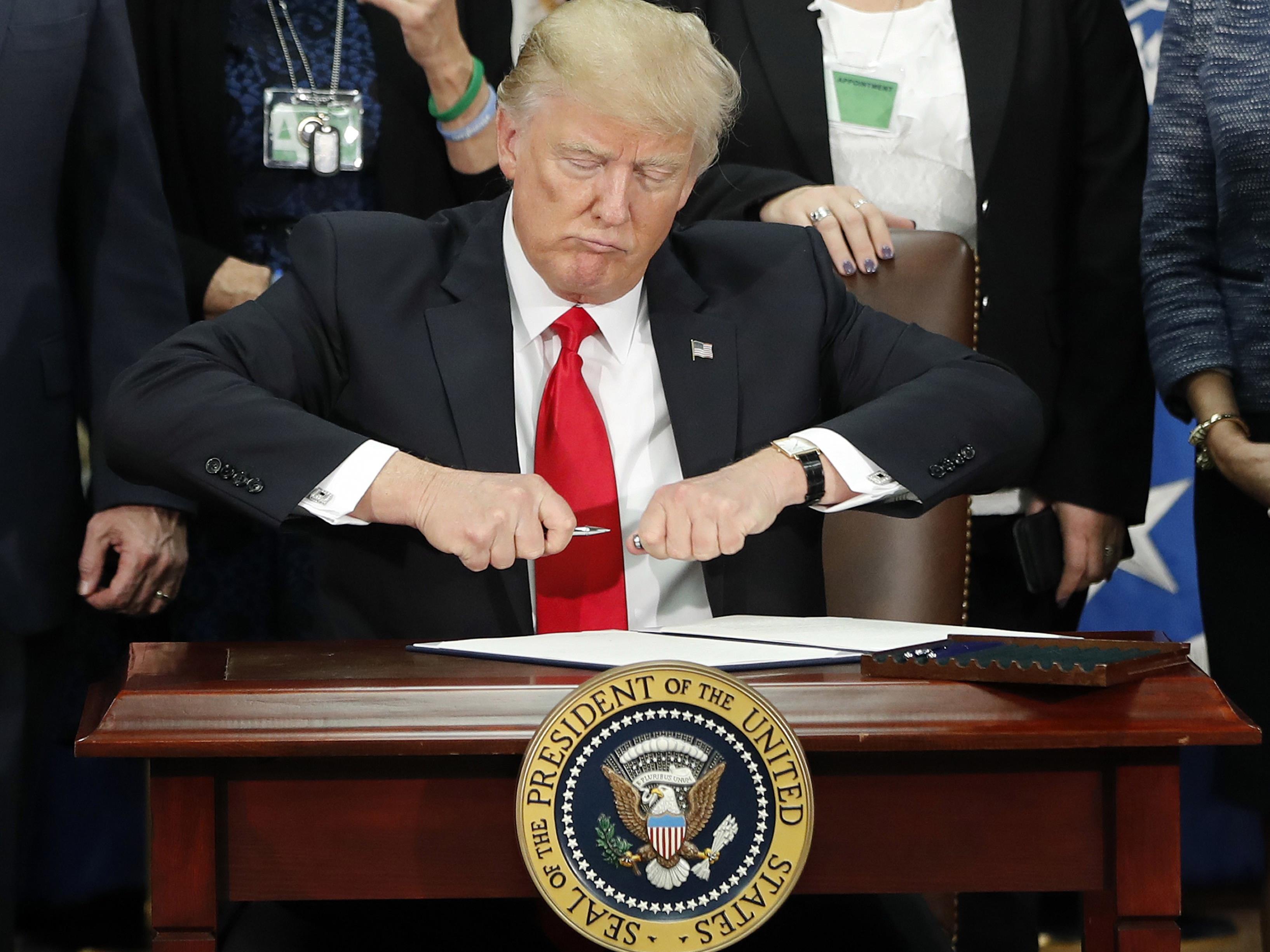 """""""Hundert Tage Peinlichkeiten, Kehrtwendungen und Fehlleistungen"""", nennt Politologe Reinhard Heinisch die Bilanz von Donald Trump als US-Präsident."""