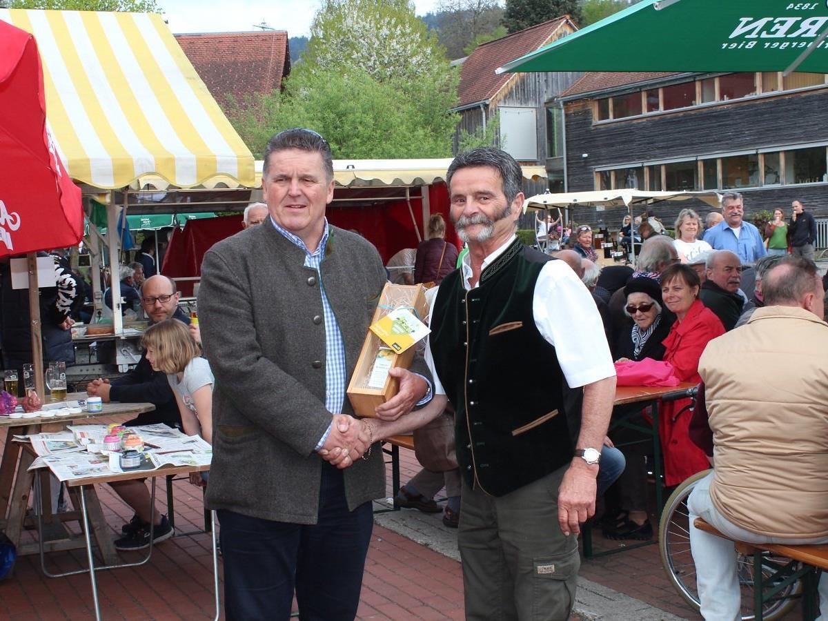 Bgm. Christian Natter gratuliert Karl-Heinz Geiger zu seiner Marktreue.