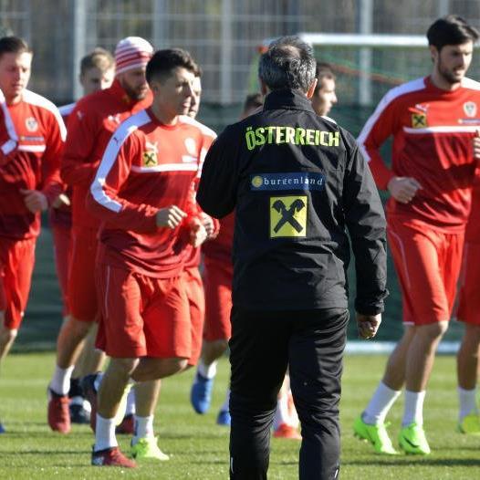 Teamchef Marcel Koller und das ÖFB-Team während eines Trainings.