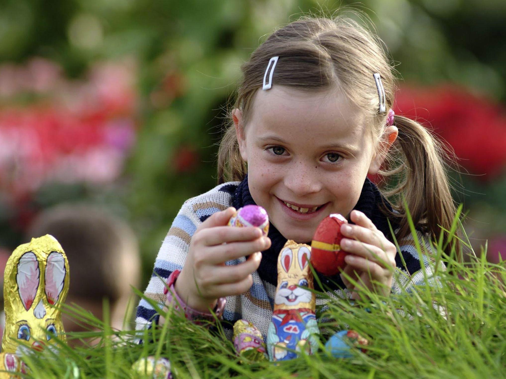 Die Kinder dürfen hierzulande wieder nach Schokohasen und Eiern im Garten suchen.