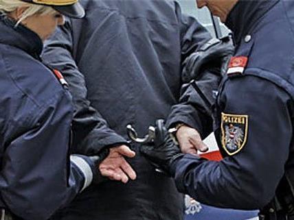 Der 21-Jährige muss sich ach einer Attacke auf einen Polizisten vor Gericht verantworten.