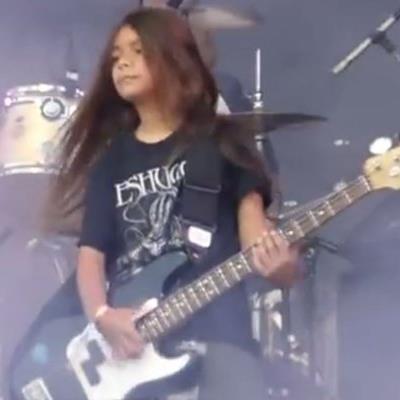 Die Metalband Korn nimmt auf ihr Südamerikatour den 12-jährigen Bassisten Tye Trujillo mit, seines zechens Sohn von Metallica-Bassist Rob Trujillo.