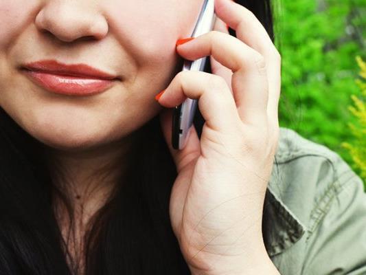 Eine Frau drohte bei einem Anruf bei der Polizei mit einem Mord.