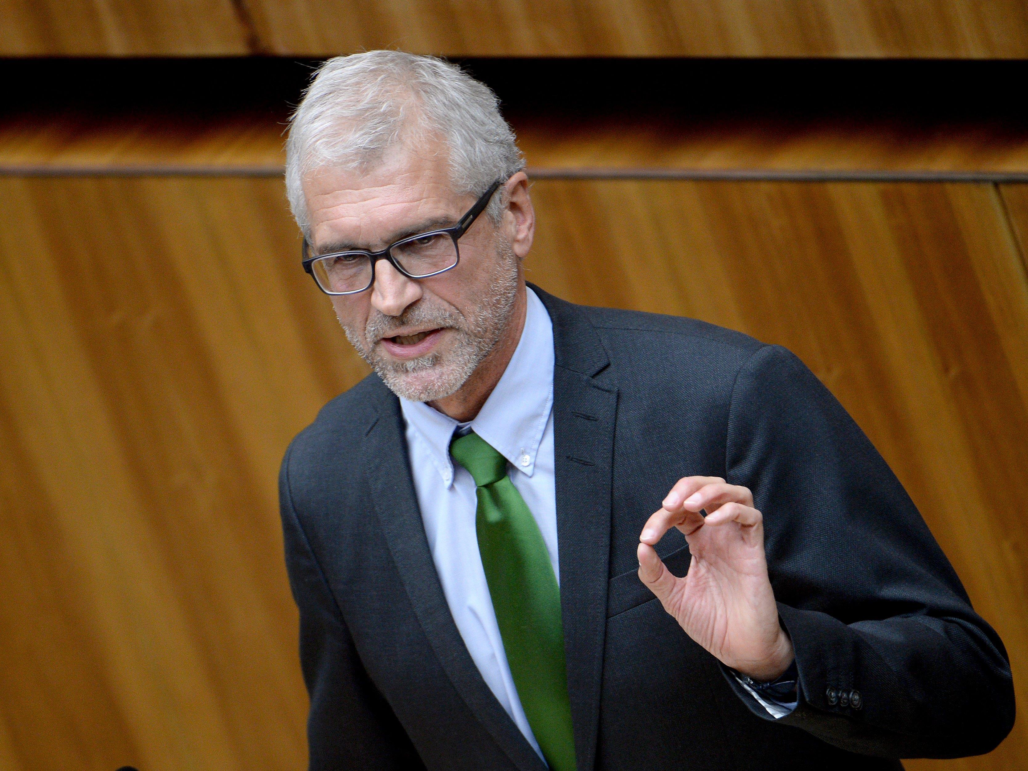 Der Vorarlberger Grünen-Abgeordnete Harald Walser fordert nach dem Streit mit der Parteijungend nun klare inhaltliche Positionen.