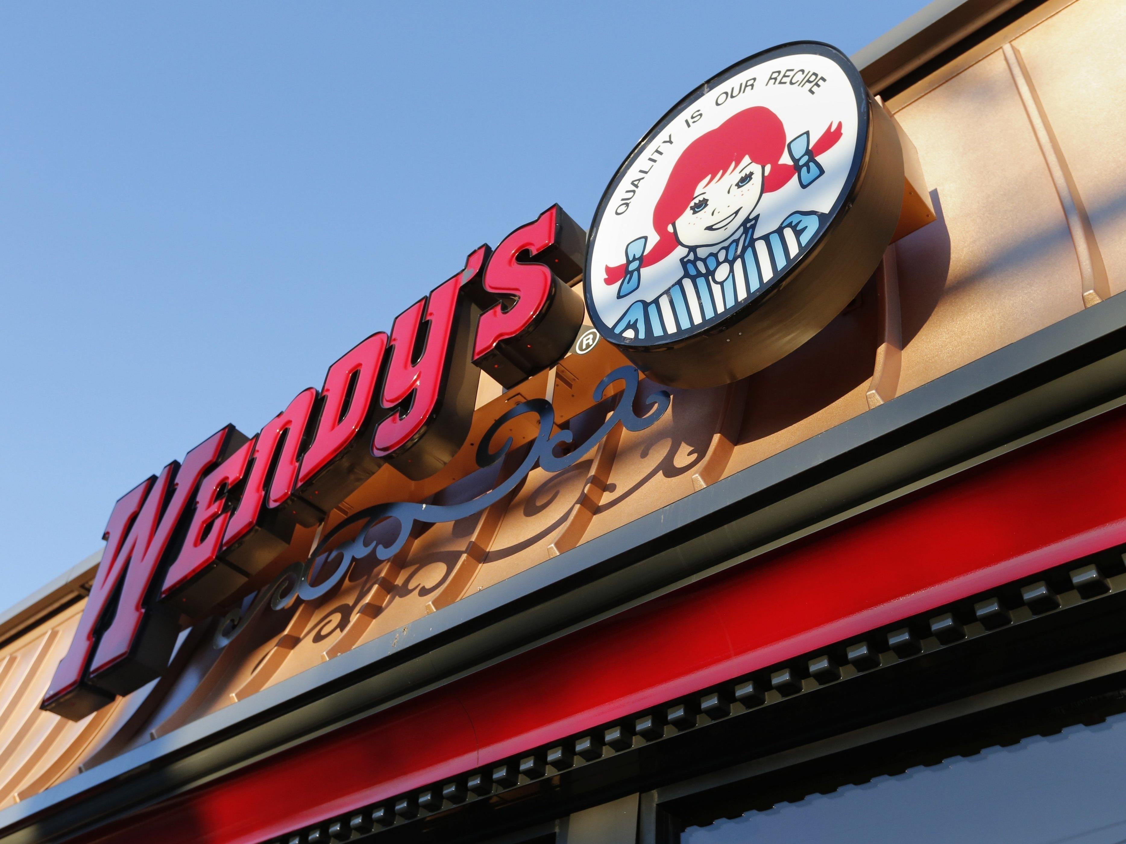Wendy's gibt Carter bei 18 Millionen Retweets gratis Chicken Nuggets für ein Jahr aus.