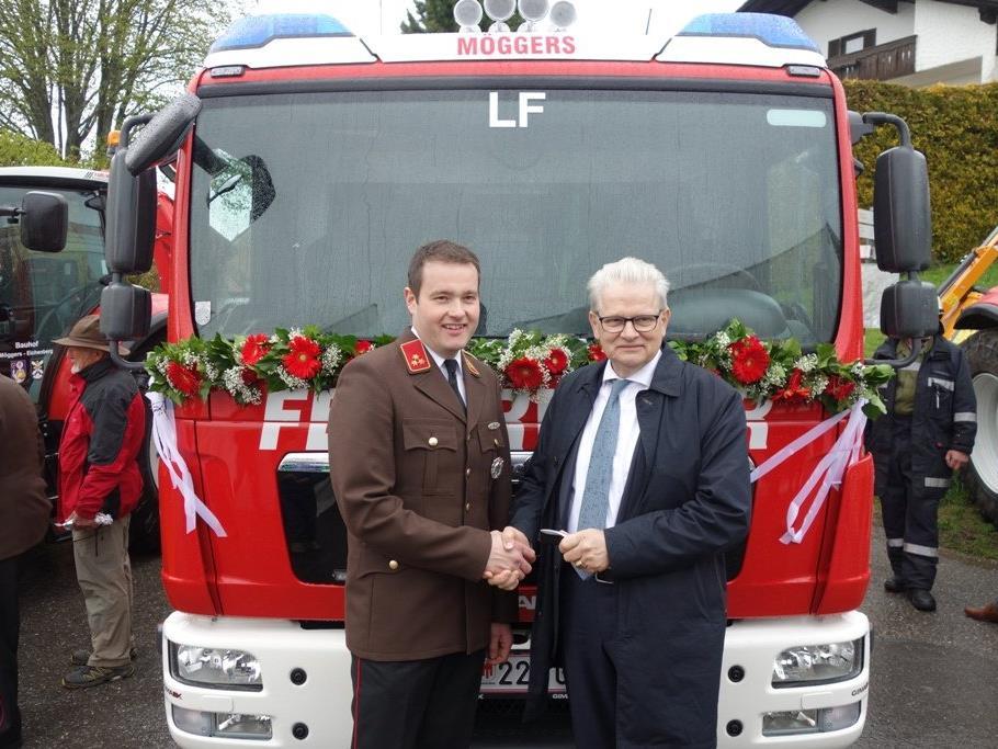 Bürgermeister Georg Bantel bei der symbolischen Schlüsselübergabe an Feuerwehrkommandant Klaus Boch.