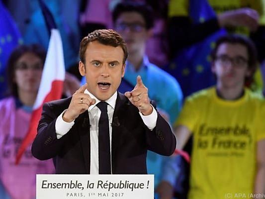 Macron geht als Favorit in die Stichwahl