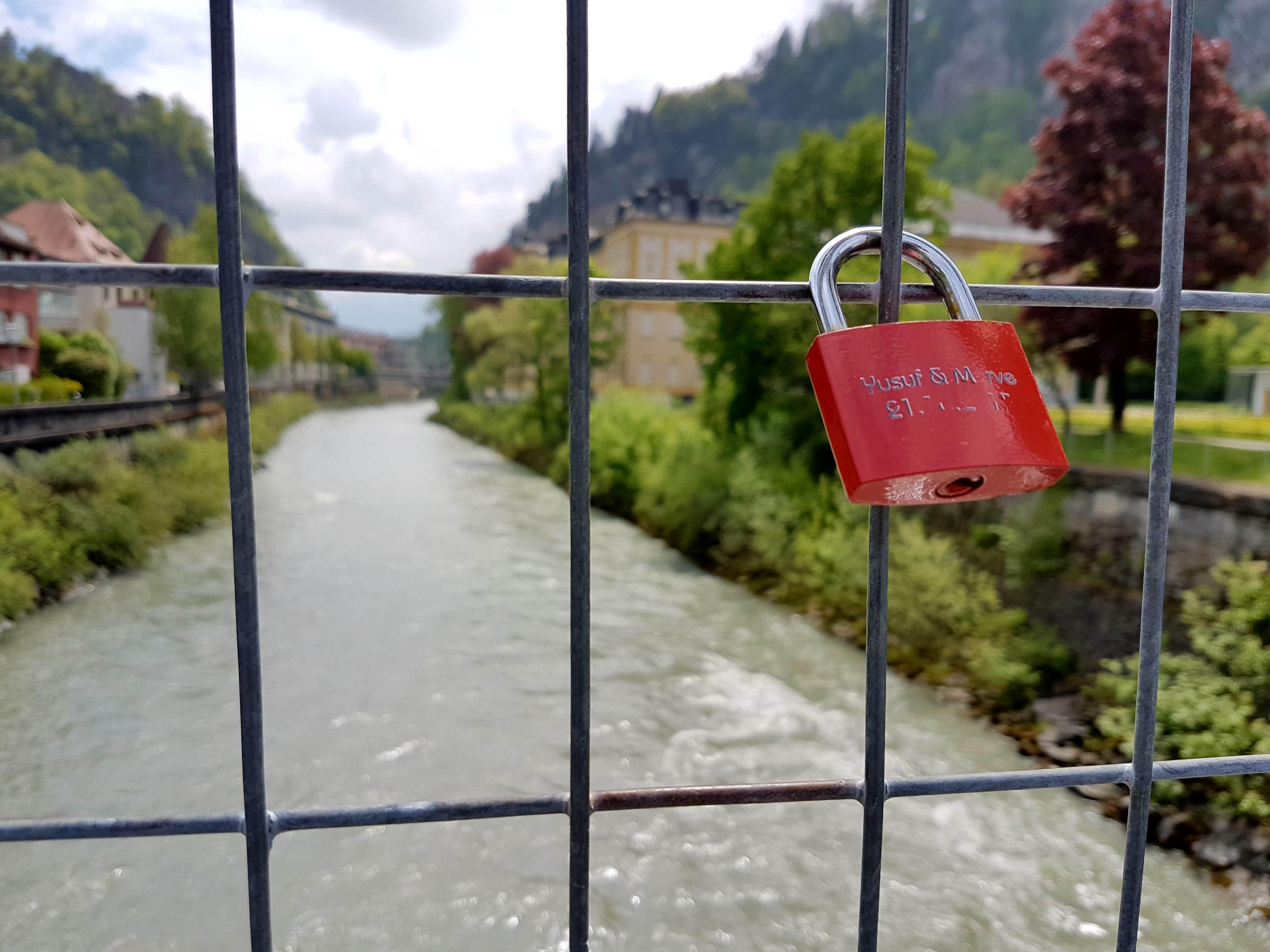 In Feldkirch nur ein kurzweiliger Genuss: Die Liebesschlösser am Illsteg werden regelmäßig entfernt.