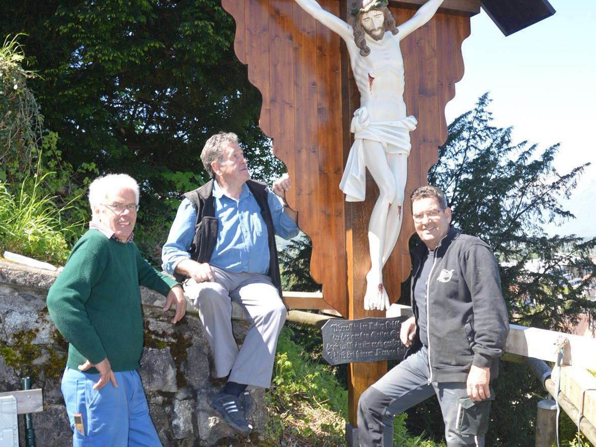 (v.l.) Peter Rauch, Franz Böckle und Helmut Jenny vor dem sanierten Wegkreuz am Liebfrauenberg.