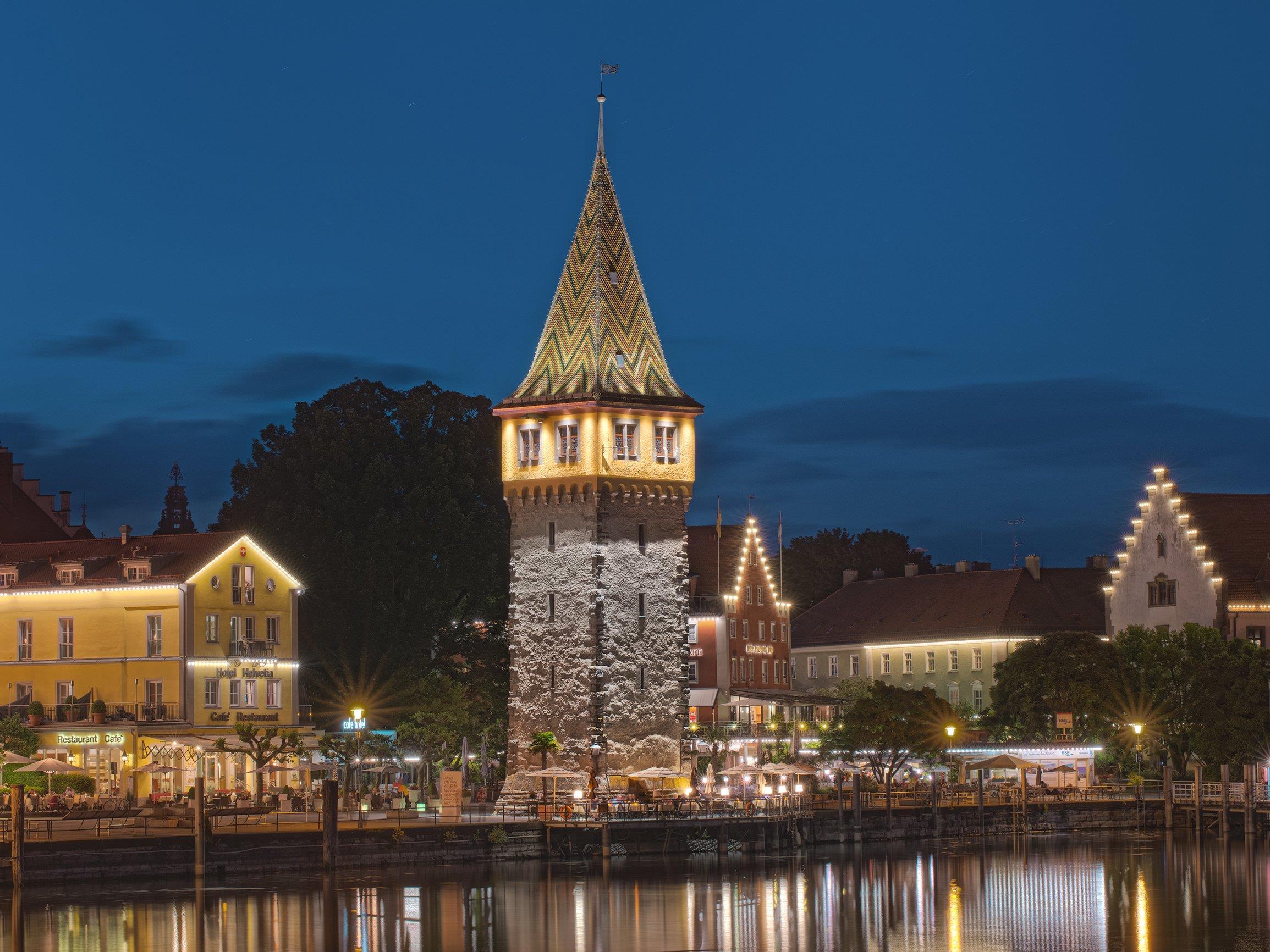 Der Mangturm in Lindau wurde von Zumtobel neu beleuchtet.