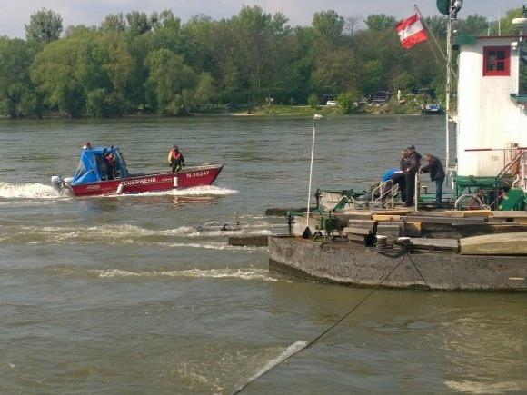 Einsatzkräfte auf der Donau bei Korneuburg.