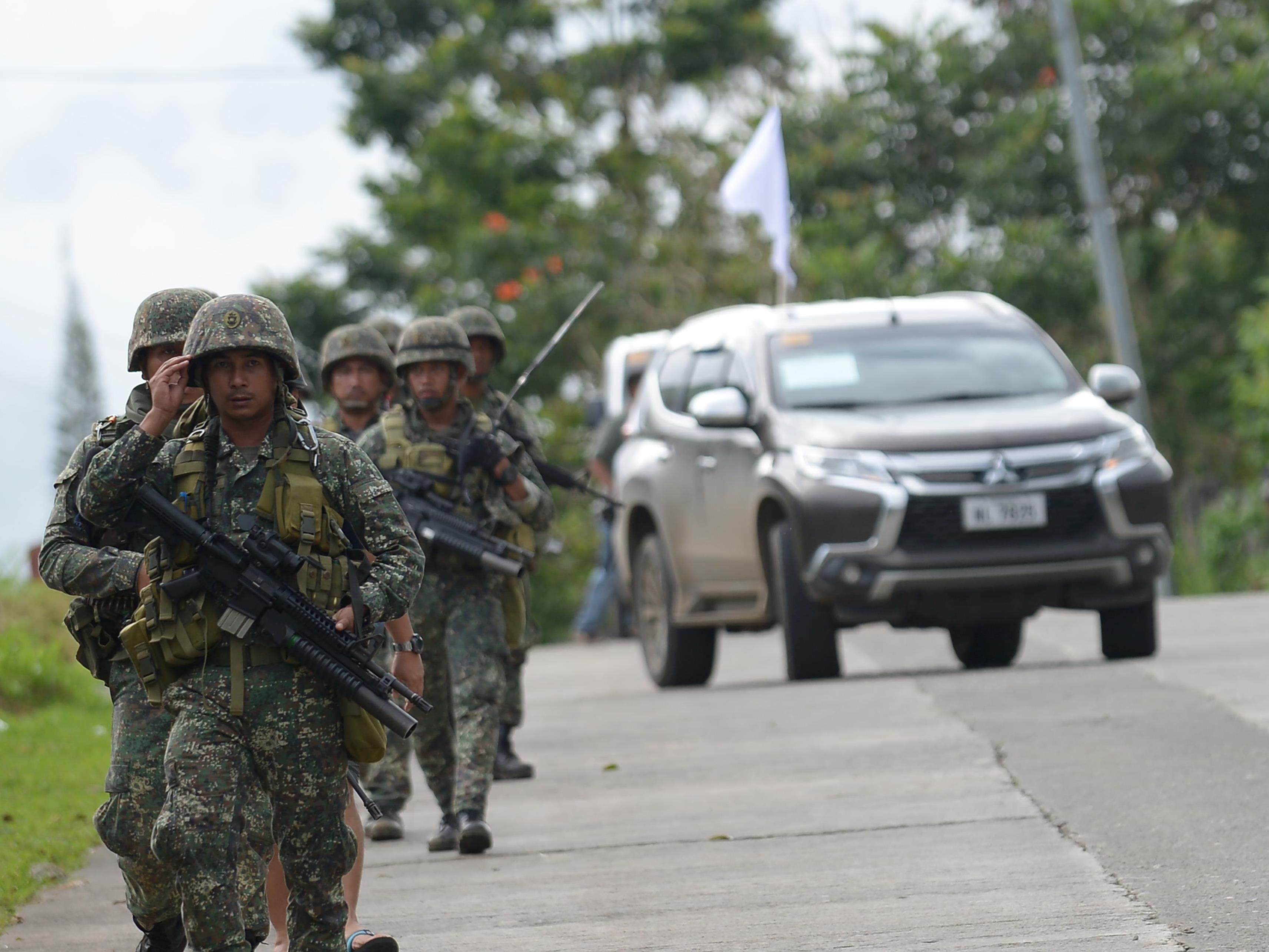 Zahl der Toten bei tagelangen Kämpfen gegen Muslimextermisten in Marawi auf fast hundert gestiegen.