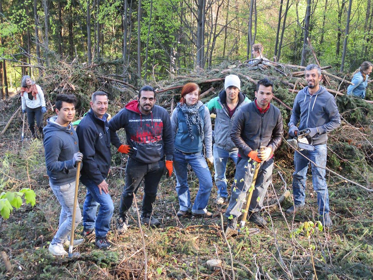 Erstmals halfen auch Flüchtlinge bei der Aufforstungsaktion in den Hohenemser Waldungen mit.