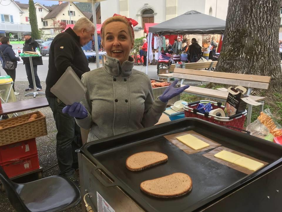 Heike Montiperle machte leckere Raclette-Brötchen beim Kunstmarkt.