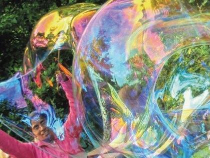 Die Faszination von Riesenseifenblasen gibt es am 28. Mai am Rankweiler Marktplatz.