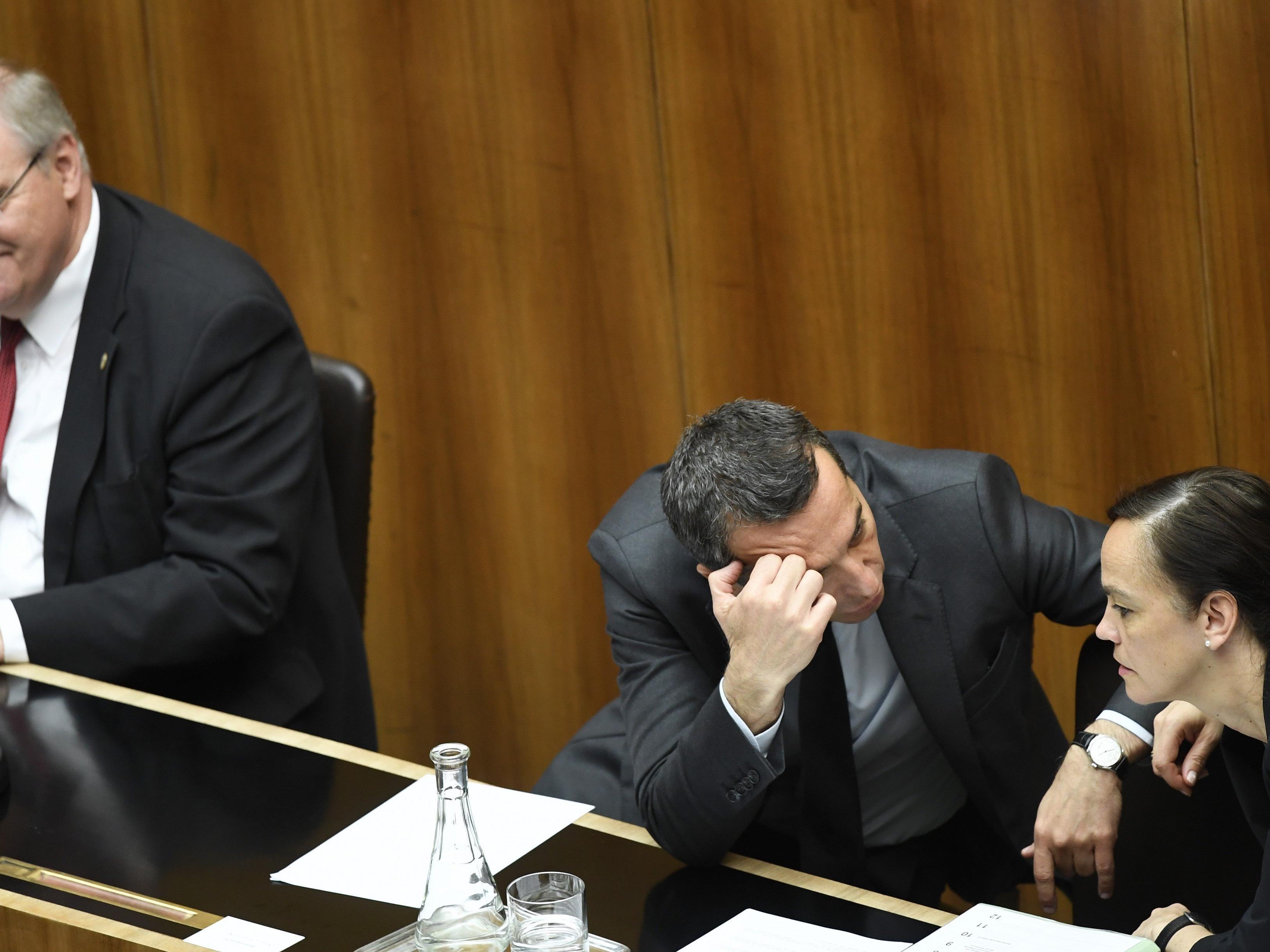 Von links: Vizekanzler, Bundeskanzler und Bildungsministerin im Parlament.