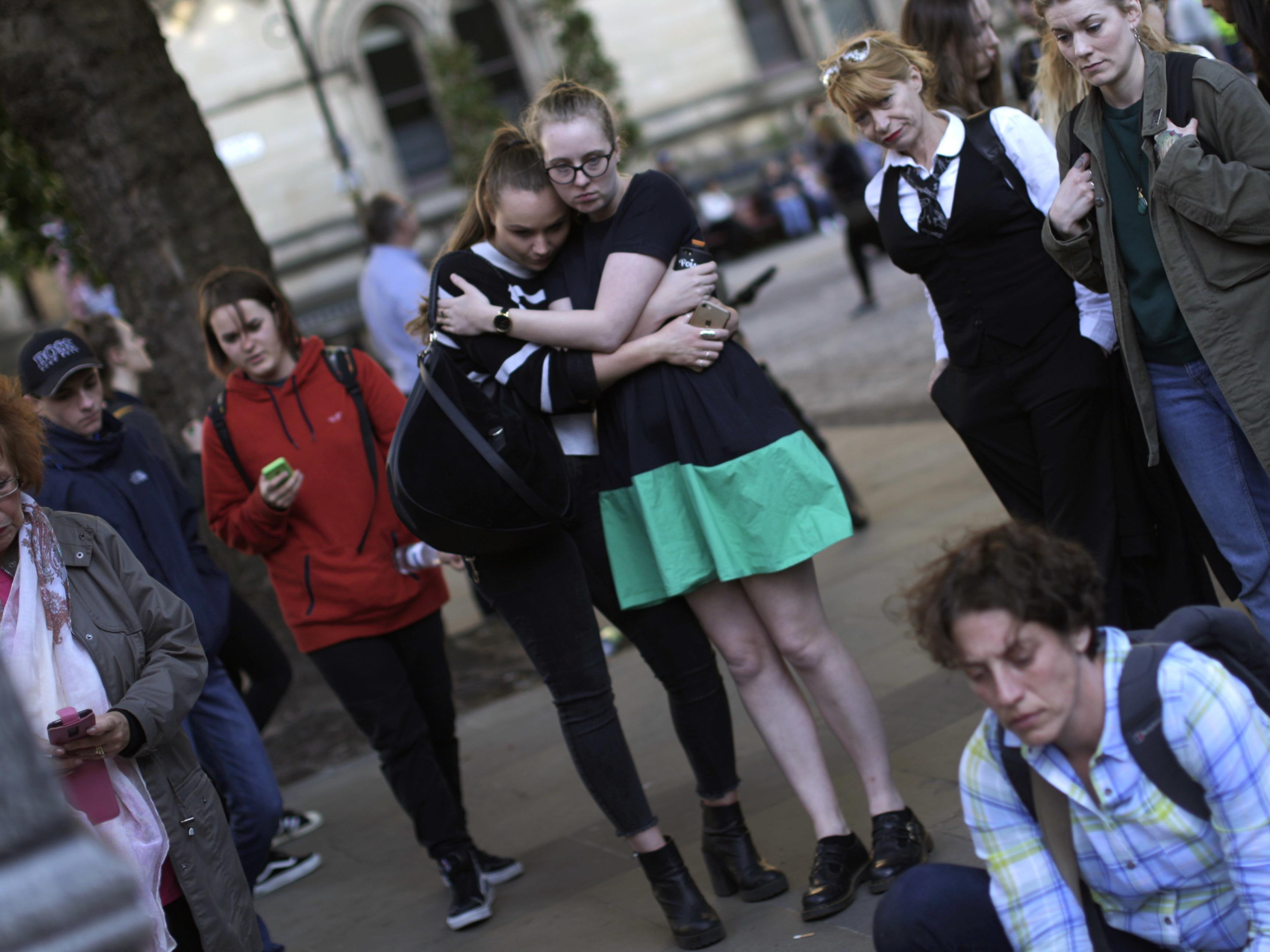Bei einem Terroranschlag am Ende eines Konzerts des Teenie-Idols Ariana Grande sind in der nordenglischen Stadt Manchester mindestens 22 Menschen ums Leben gekommen.