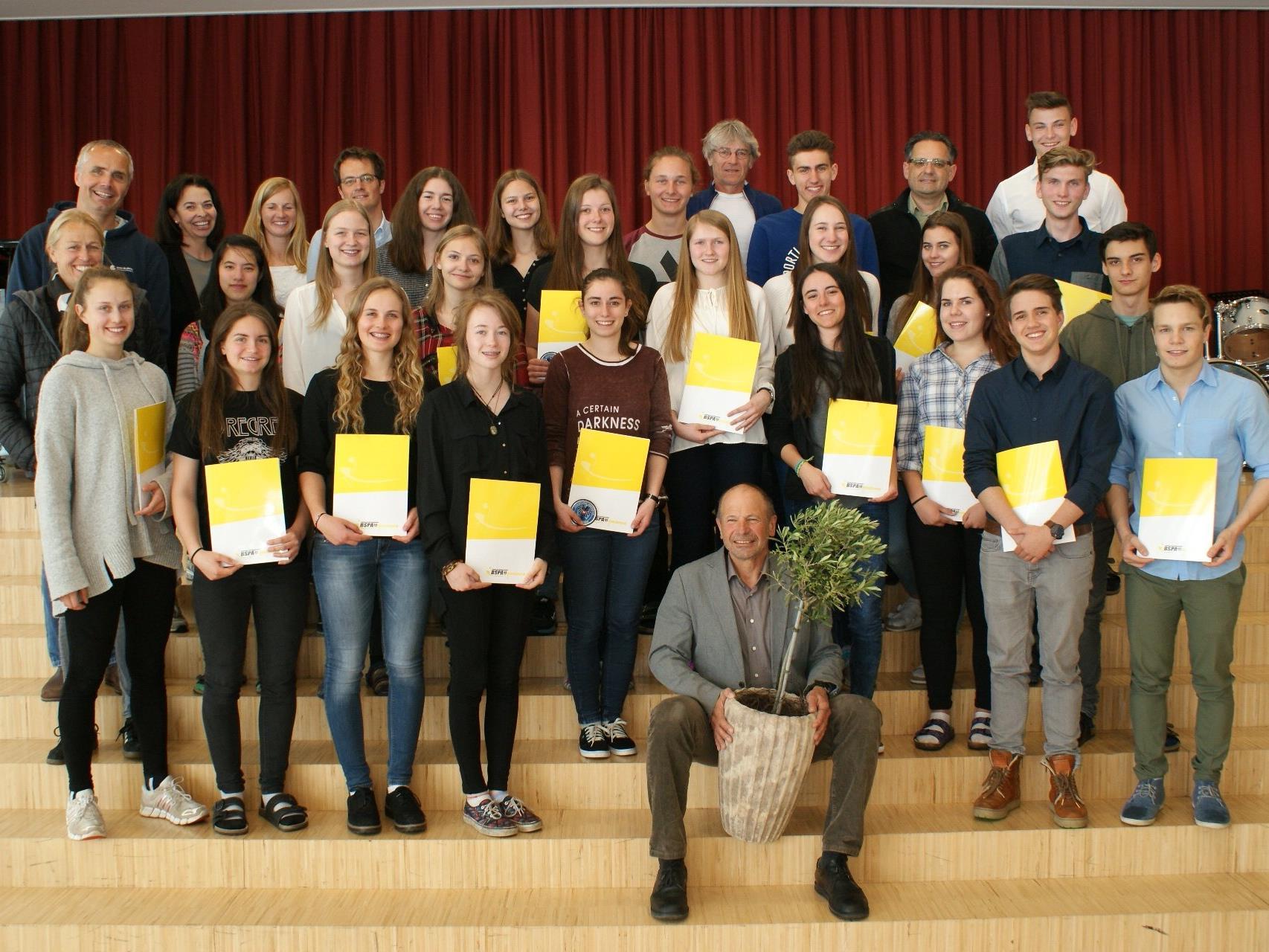 25 neue FIT-InstruktorInnen der 7. Klasse Gesundheit & Bewegung des Bludenzer Gymnasiums durften ihre staatlich anerkannten Diplome entgegennehmen.