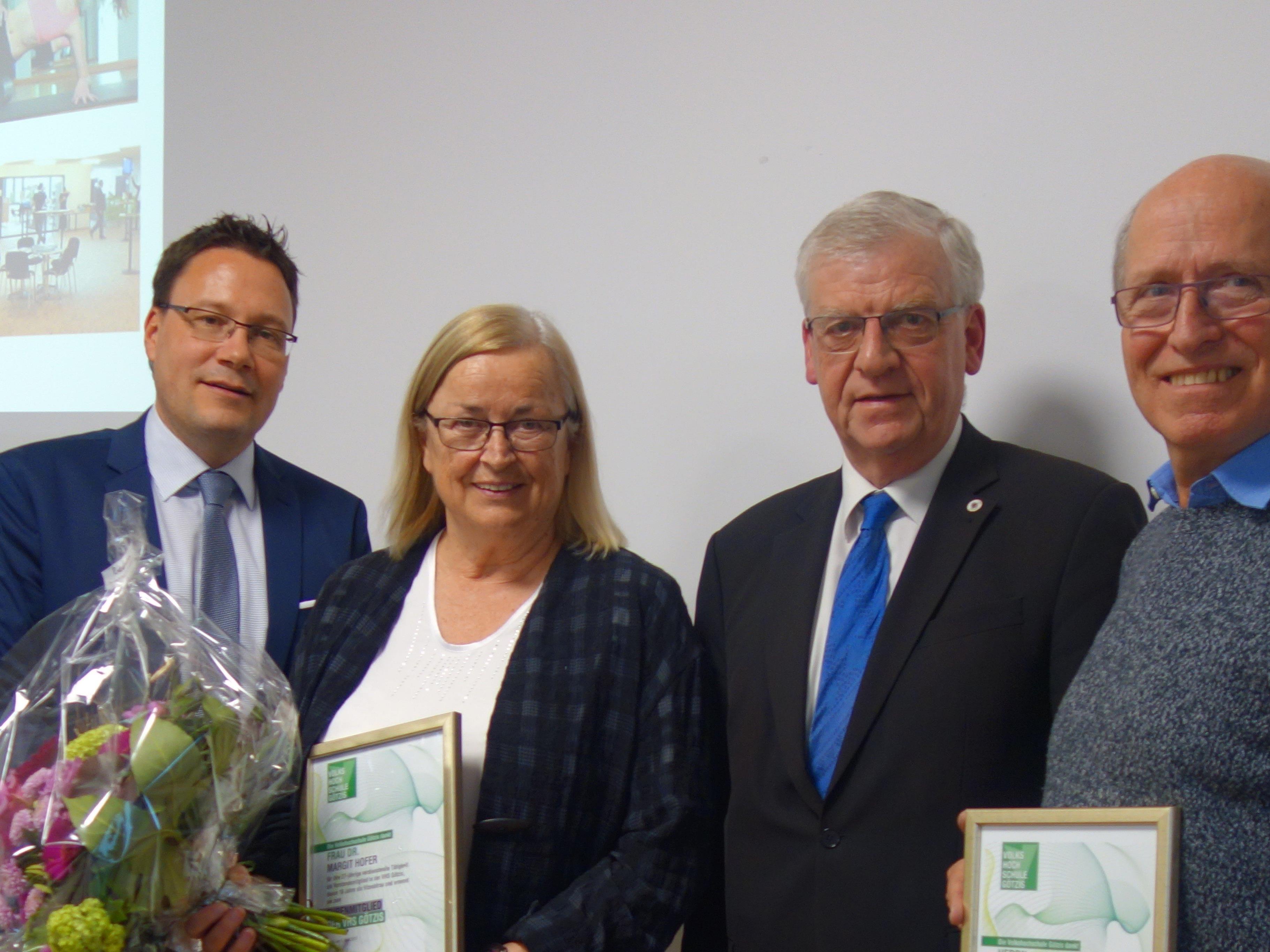 Vorsitzender Türtscher und GF Fischnaller ehren die neuen Ehrenmitglieder Margit Hofer und Christoph Steininger