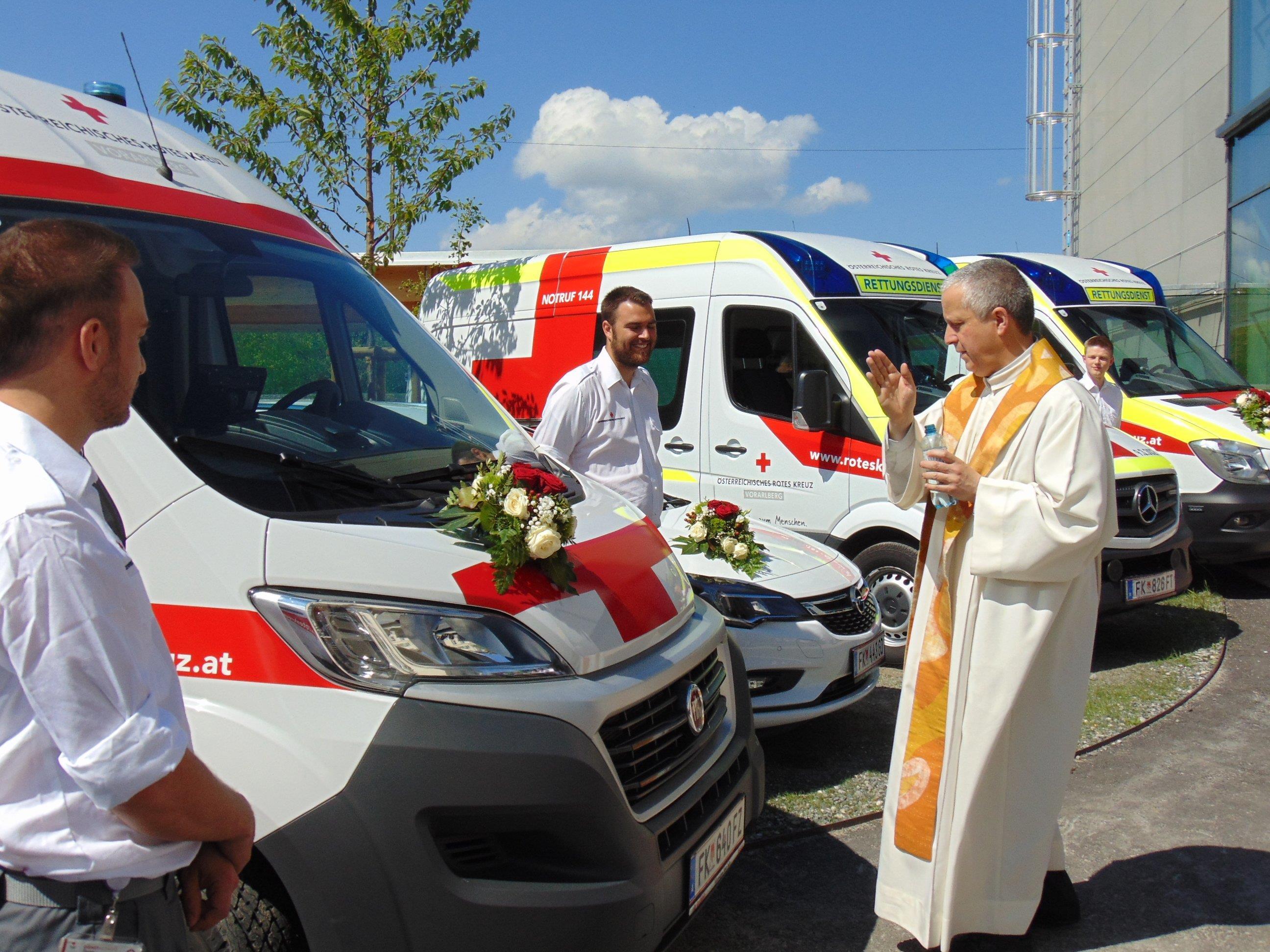Pfarrer Thomas Sauter segnet die Einsatzfahrzeuge