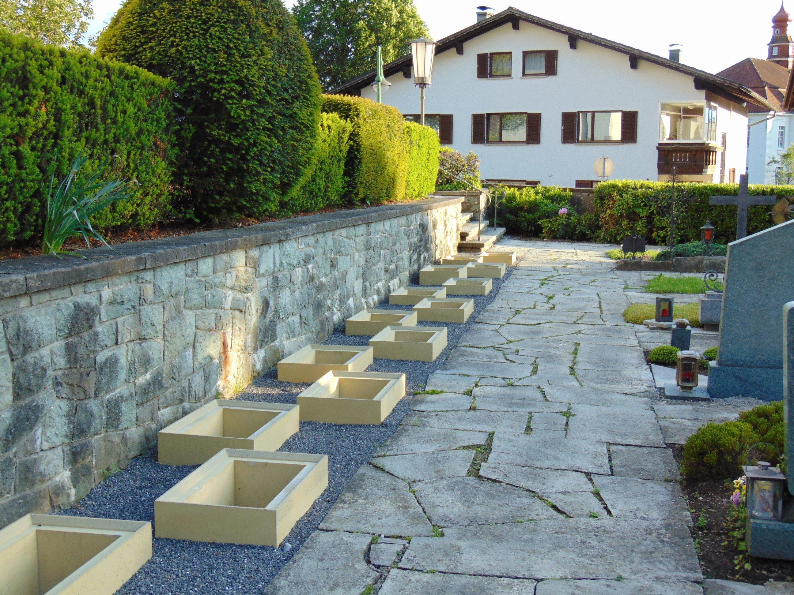 Die neuen Erdurnengräber am Ortsfiredhof von Röthis