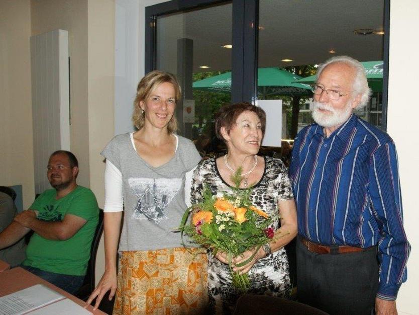 VHS-Geschäftsführerin Silke Kromer, Puppenkünstlerin Berni Stenek und Obmann Werner Sonderegger (v.l.n.r.>).